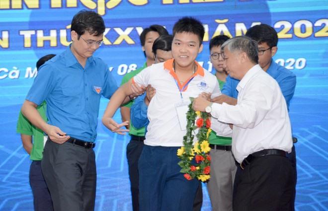 Trao giải nhất cho Nguyễn Đức Thuận (Bắc Ninh) - là thí sinh tự do, khuyết tật.