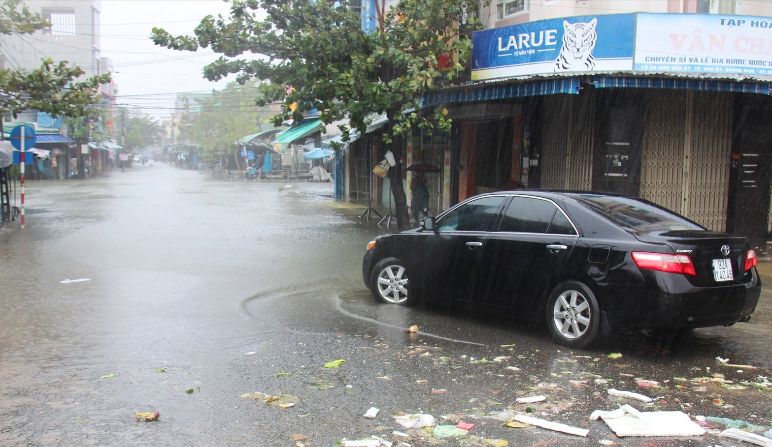 Xe ô tô quay đầu khi đi qua khu vực đường Phan Đình Phùng bị ngập nước. Ảnh: HOÀI AN