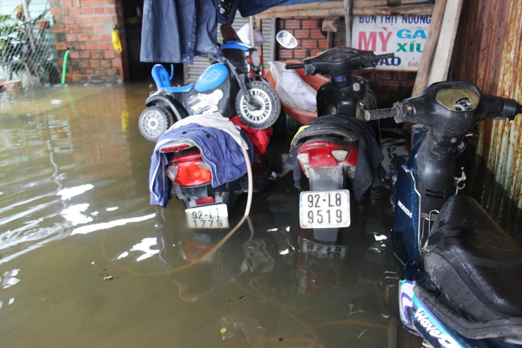 Xe máy bị ngập nước. Ảnh: HOÀI AN