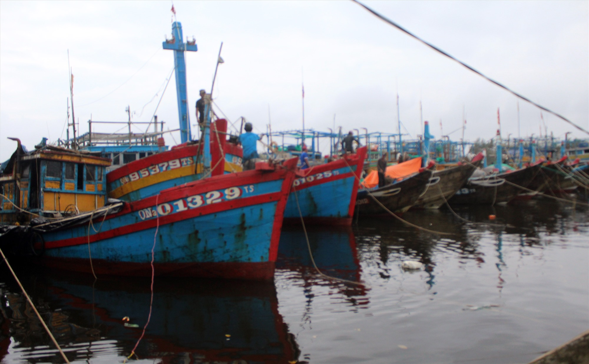 Tàu đánh bắt hải sản ở Núi Thành.