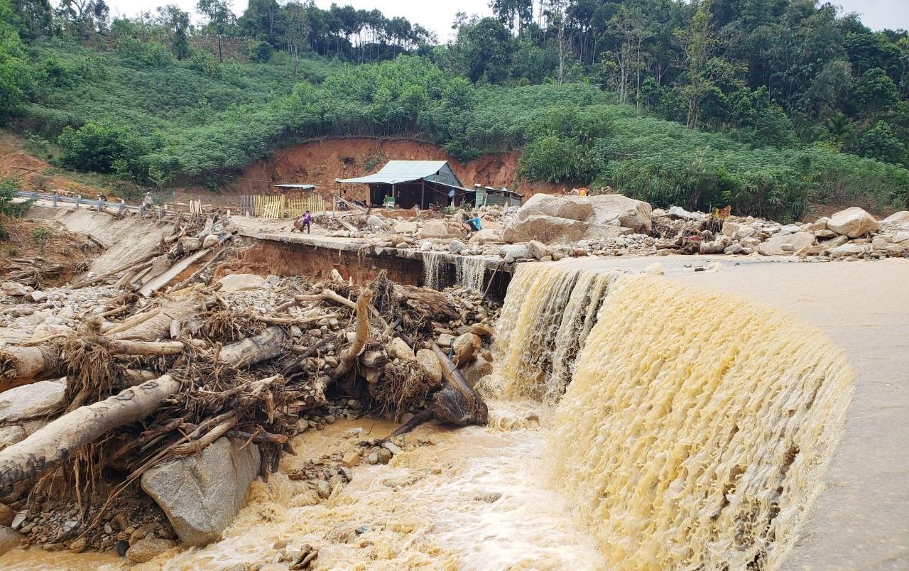 Con đường ở xã Phước Thành bị hư hỏng nặng sau đợt mưa, lũ vào cuối tháng 10.2020.Ảnh: HOÀI AN
