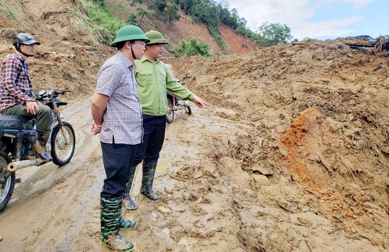 Chủ tịch UBND tỉnh Quảng Nam Lê Trí Thanh kiểm tra công tác khắc phục thiện tai tại xã Phước Lộc, huyện Phước Sơn vào cuối tháng 11.2020. Ảnh: HOÀI AN