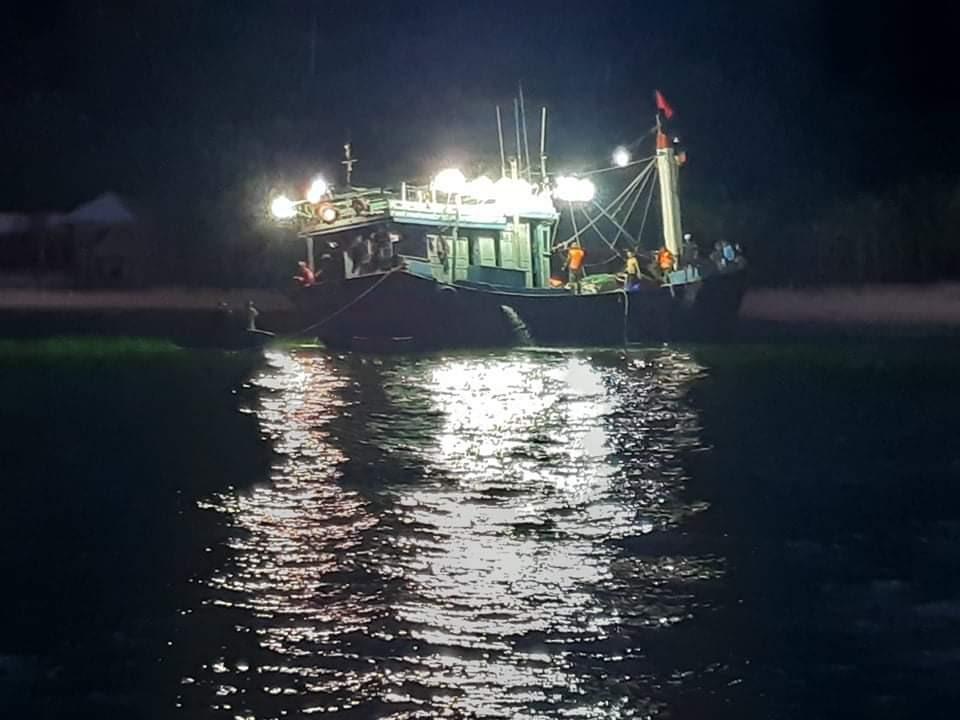 Tàu BĐ 94757 TS bị nạn lúc 4 giờ 20 phút sáng. Ảnh: B.P