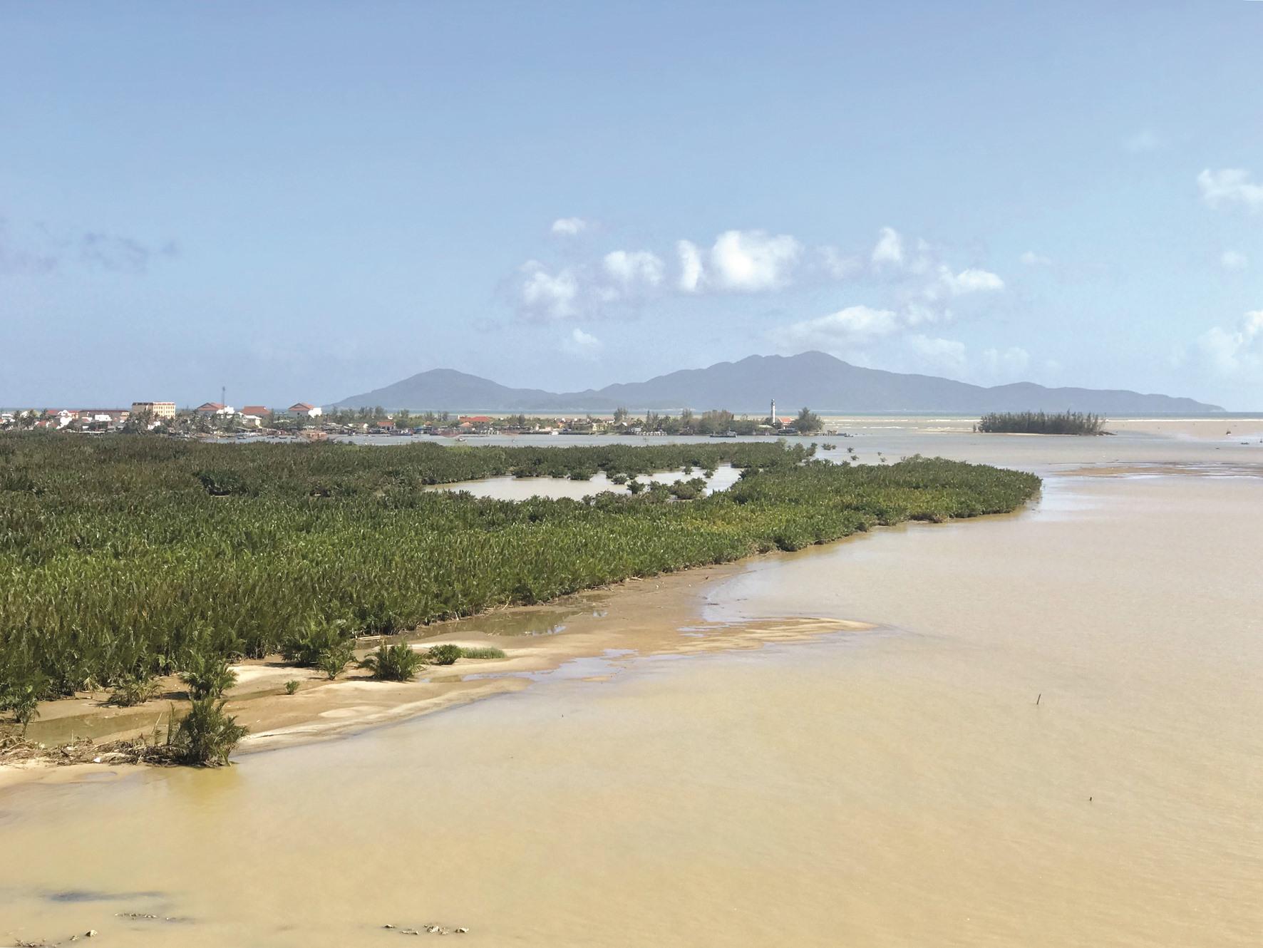 Khu vực ven biển Quảng Nam - Đà Nẵng sẽ hứng chịu tác động của nước biển dâng vào cuối thế kỷ này (ảnh lớn). Vùng cửa sông Thu Bồn là nơi giao thoa nhiều dòng chảy phức tạp. Ảnh: Q.T