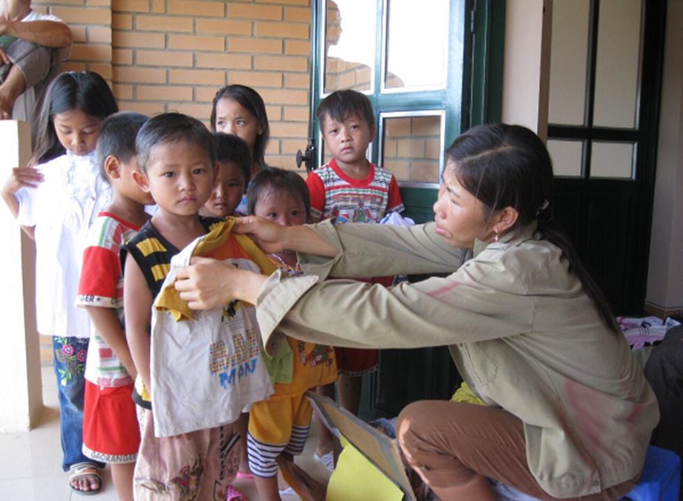 Chị Lò Thị Tím bên đàn con - Ảnh: Ban Thi đua khen thưởng trung ương