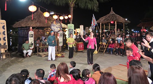 An art performance attracts tourists in Hoi An city