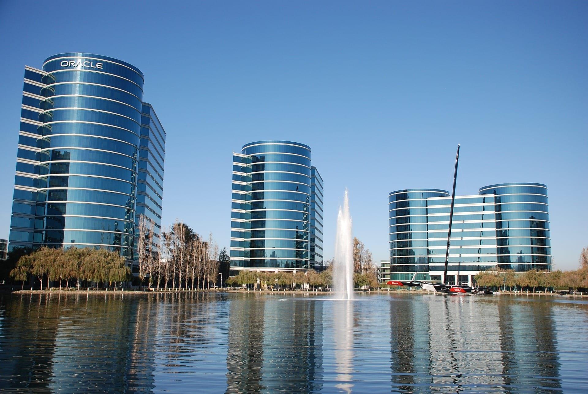 Các toà nhà có thiết kế hình trụ đặc trưng tại trụ sở của Oracle ở thung lũng Silicon. Ảnh: REUTIR