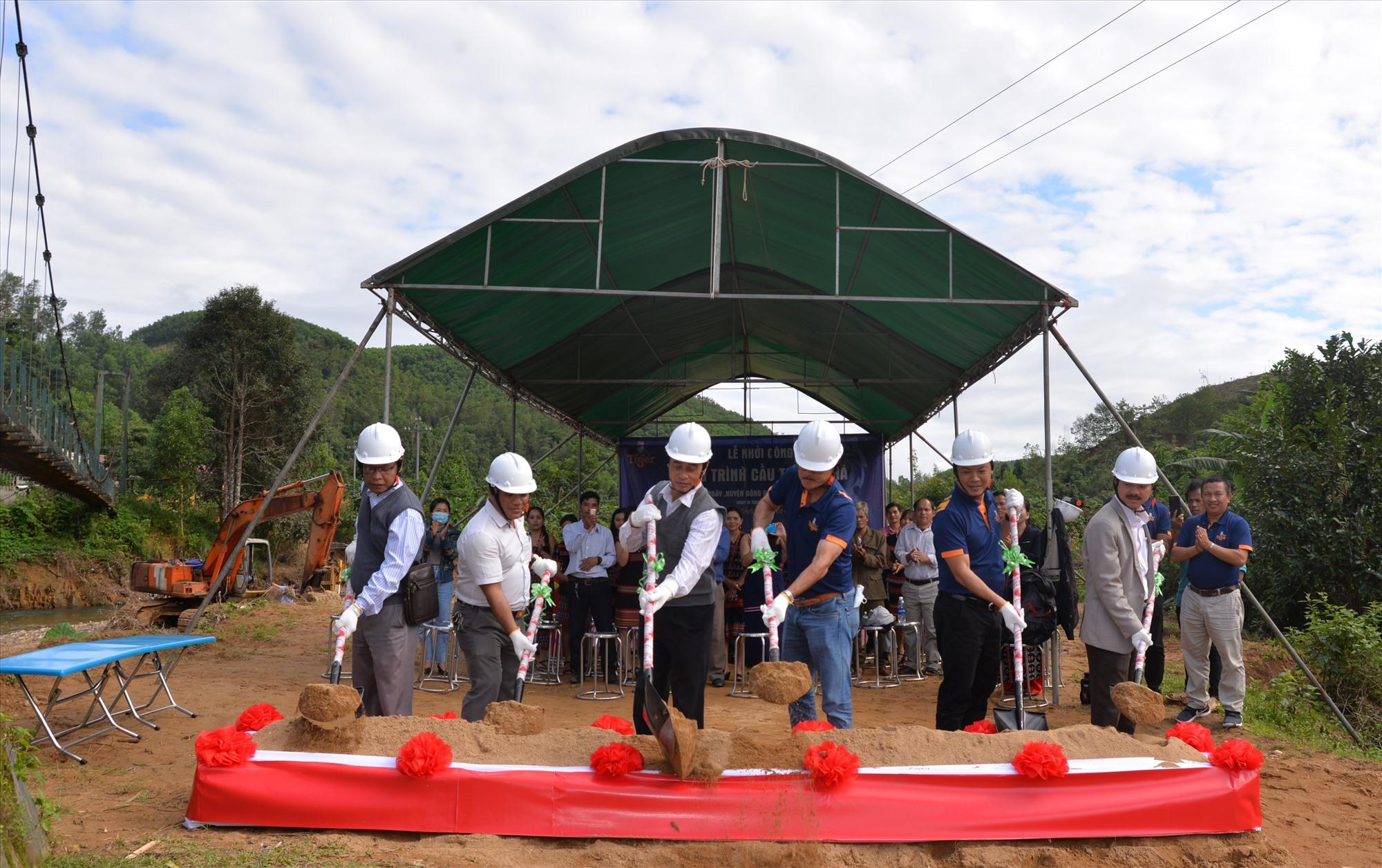 Tiger Bia tổ chức khởi công công trình cầu treo Zà Há. Ảnh: V.A