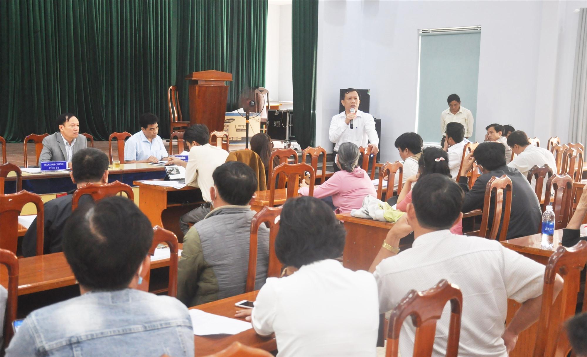 Ông Đặng Quốc Lộc - Chánh án TAND tỉnh trao đổi với đại diện các hộ mua đất nền của chủ đầu tư Bách Đạt An sáng 15.12. H.P