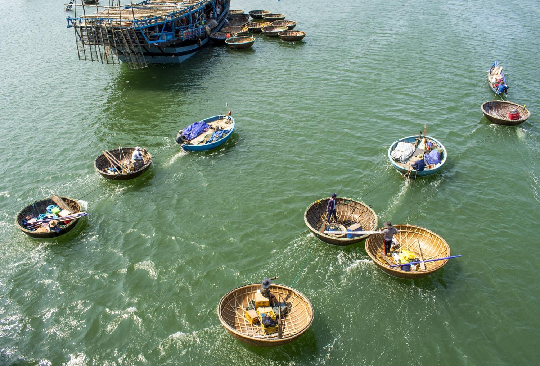 Anh em ông Sanh từng đưa tàu câu mực nhiều năm áp sát đảo Tri Tôn. Ảnh: VĂN CHƯƠNG