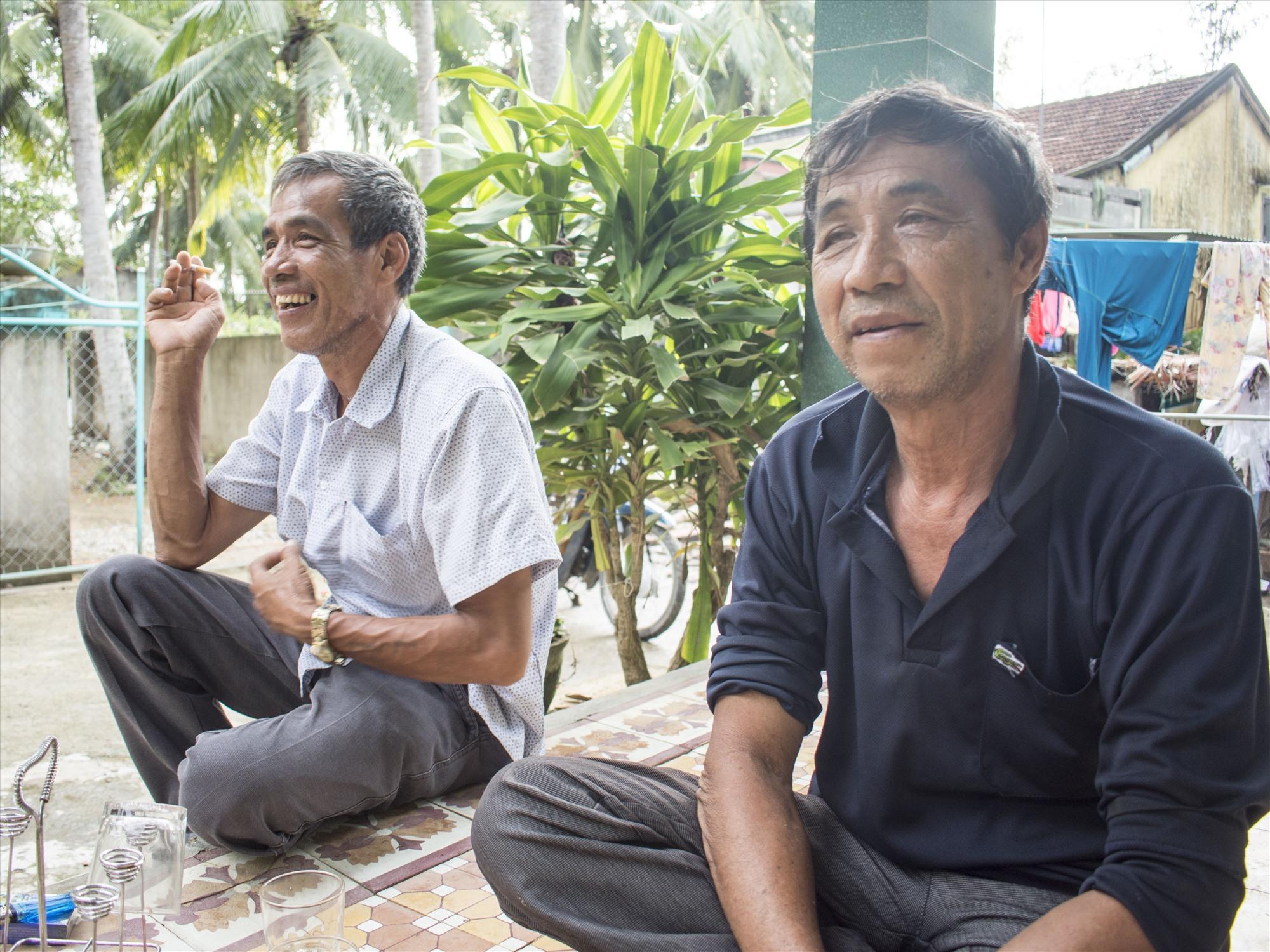 Ngư dân Huỳnh Sanh (bên phải) và người em trai Huỳnh Hiệp. Ảnh: VĂN CHƯƠNG