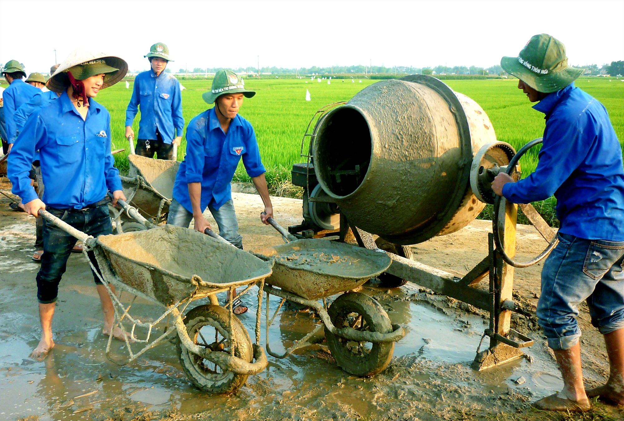 Những năm qua, đoàn viên thanh niên tích cực tham gia xây dựng hạ tầng nông thôn. Ảnh: VĂN SỰ
