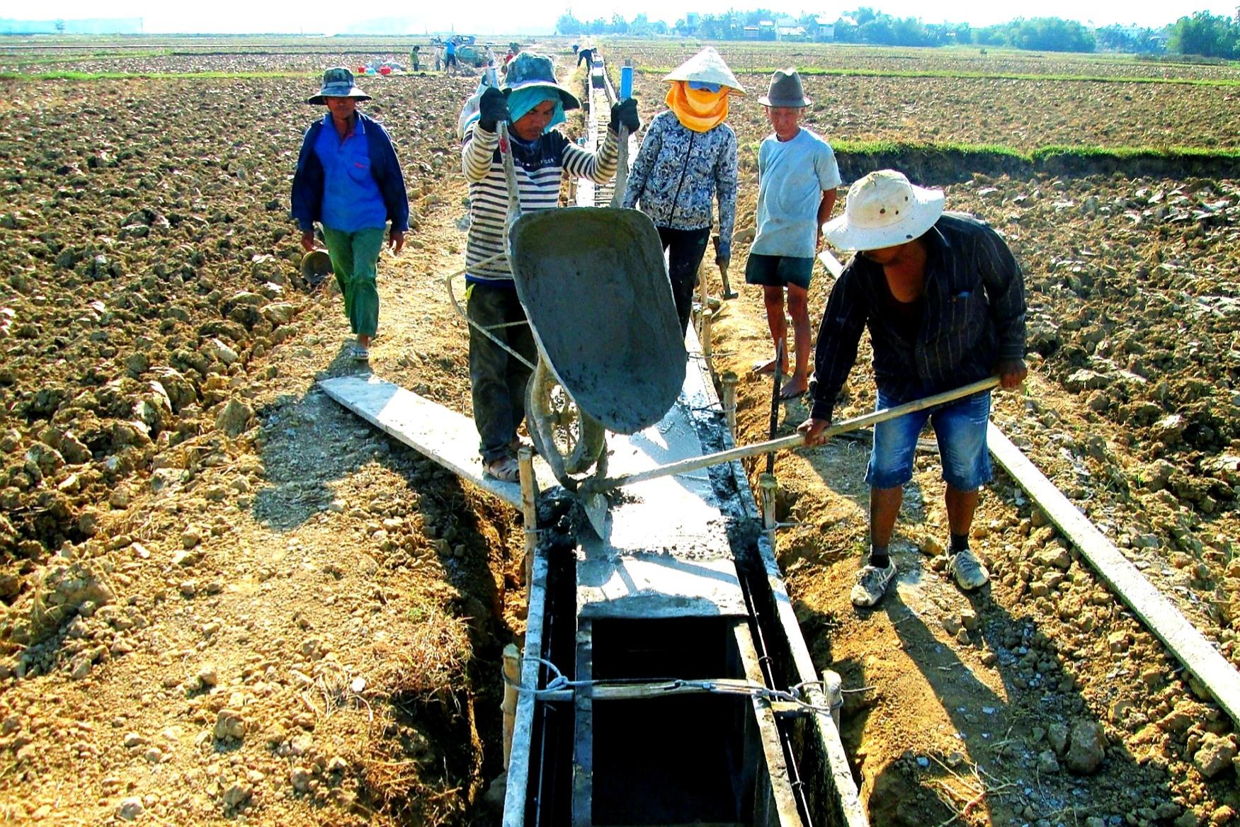 Trong giai đoạn 2010 - 2020, tỉnh ưu tiên nguồn lực đầu tư xây dựng hạ tầng thủy lợi phục vụ sản xuất nông nghiệp.     Ảnh: VĂN SỰ