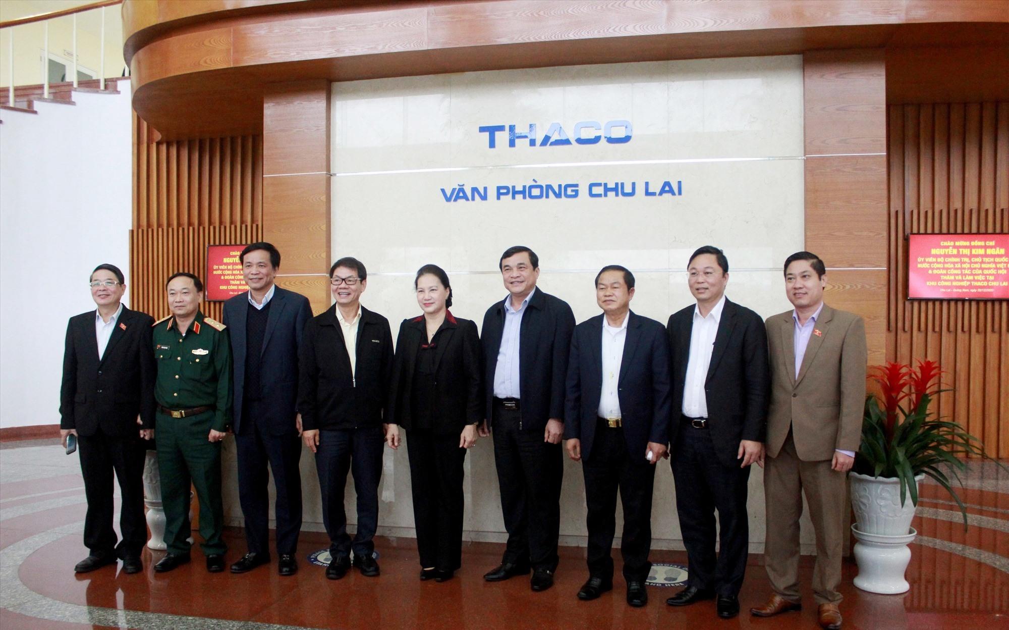 Đoàn công tác và lãnh đạo tỉnh chụp hình lưu niệm tại THACO Chu Lai.