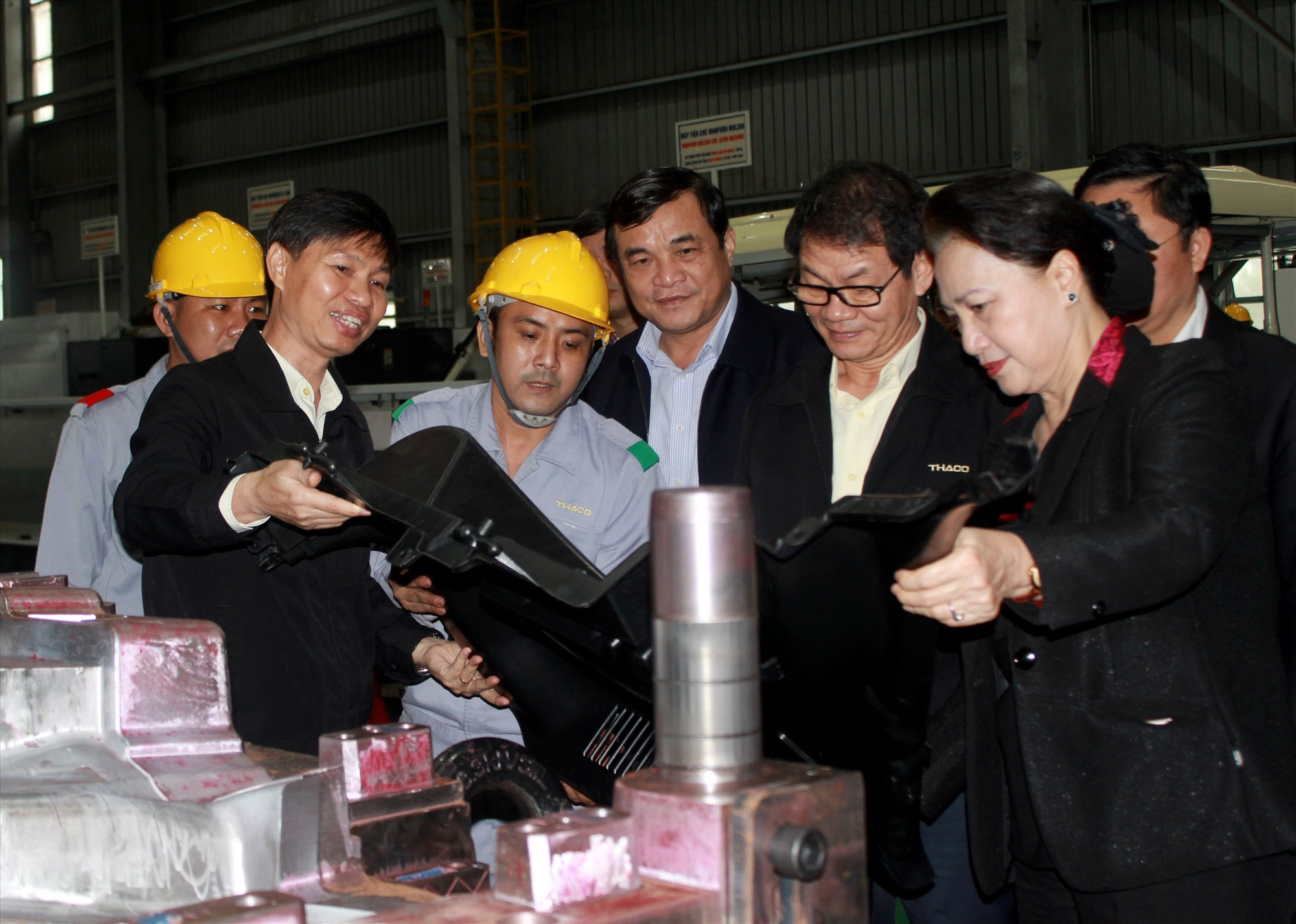 Đoàn công tác thăm dây chuyền sản xuất tại nhà máy ô tô THACO Chu Lai.
