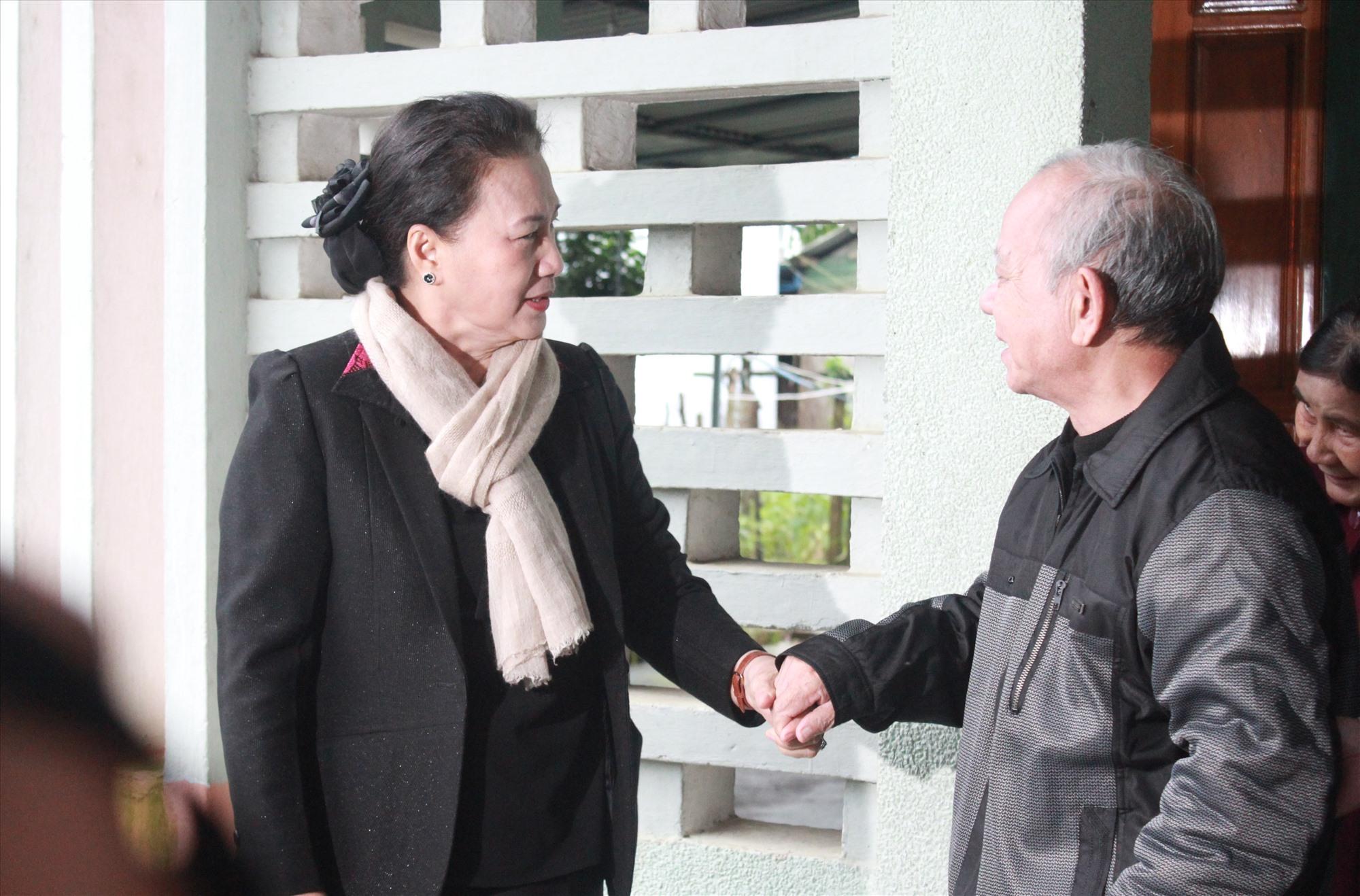 Dịp này, đoàn công tác cũng đến thăm, tặng quà cho cụ Hồ Văn Điều - Nguyên Đại biểu Quốc hội khóa VIII. Ảnh: T.C