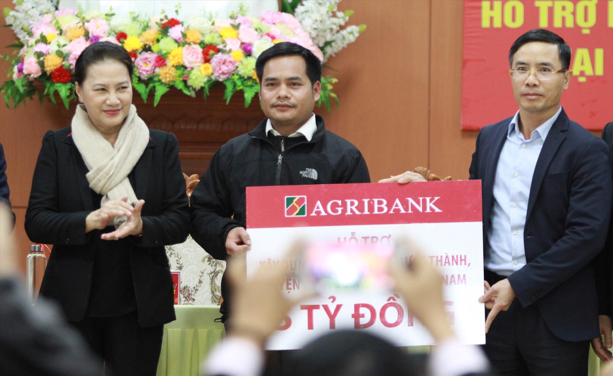 Đại diện Ngân hàng Nông nghiệp và Phát triển Nông thôn hỗ trợ huyện Phước Sơn 5 tỷ đồng khắc phục hậu quả thiên tai. Ảnh: T.C