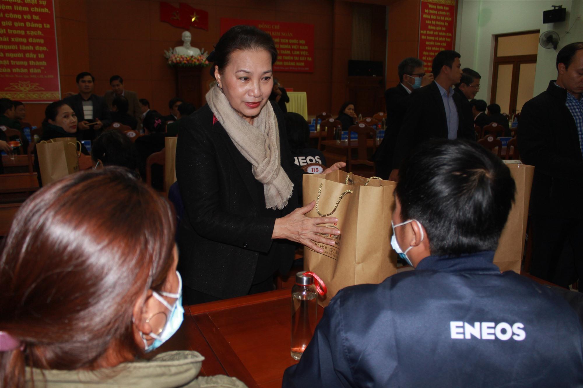 Đồng chí Nguyễn Thị Kim Ngân tặng quà, thăm hỏi các gia đình bị thiệt hại do thiên tai tại Phước Sơn. Ảnh: T.C