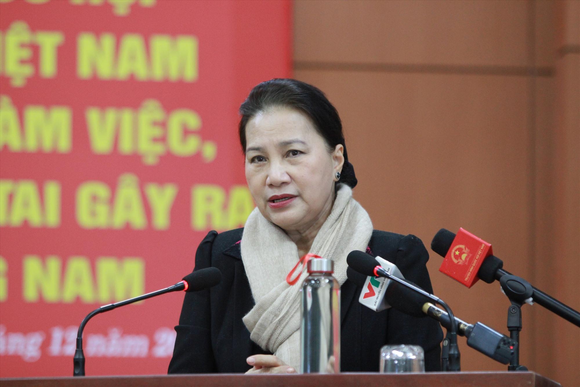 Chủ tịch Quốc hội Nguyễn Thị Kim Ngân gửi lời thăm hỏi ân cần đến bà con bị thiệt hại do thiên tai tại địa bàn Phước Sơn. Ảnh: T.C