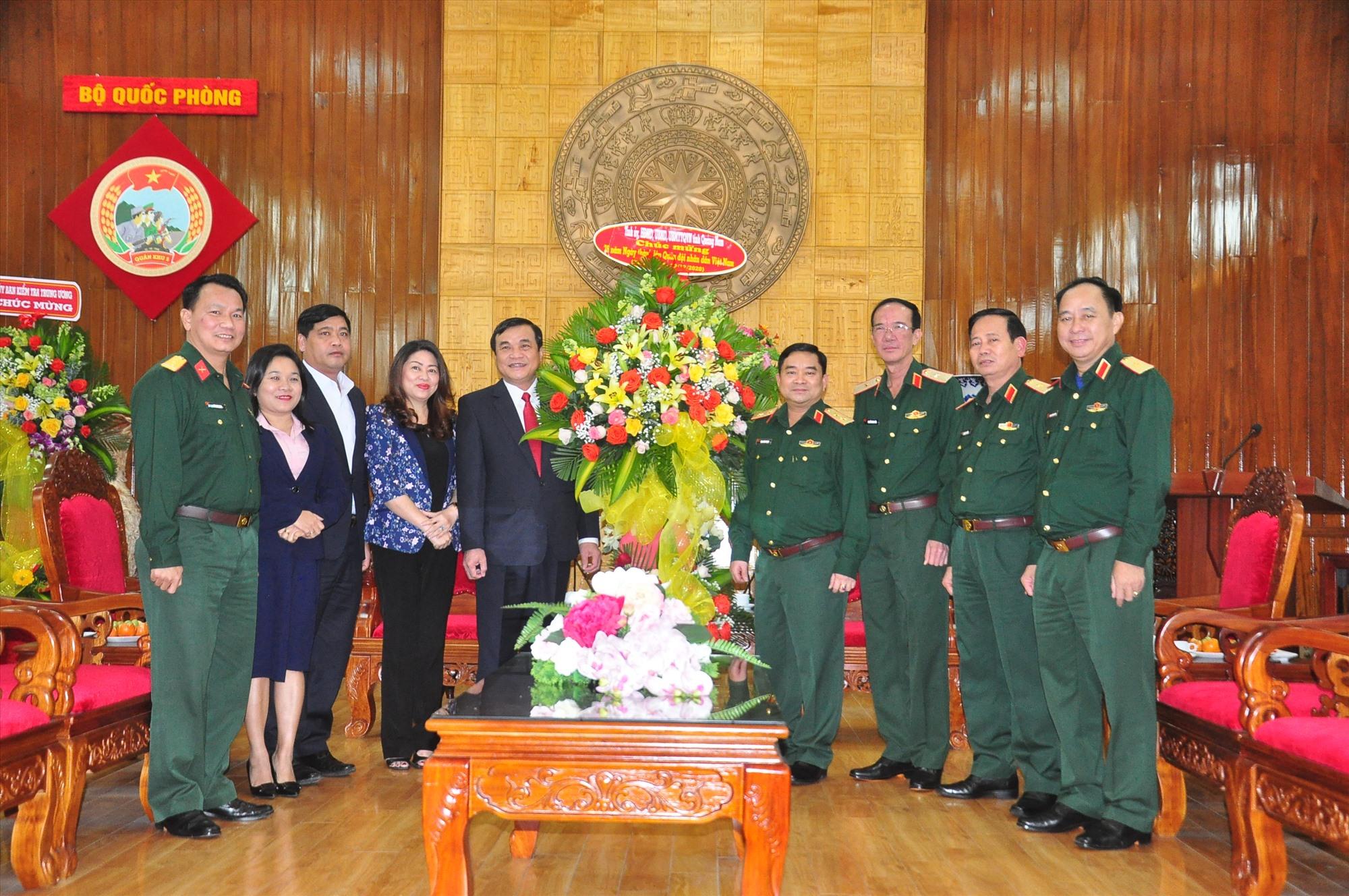 Đoàn công tác thăm, chúc mừng lãnh đạo Bộ Tư lệnh Quân khu V. Ảnh: VINH ANH