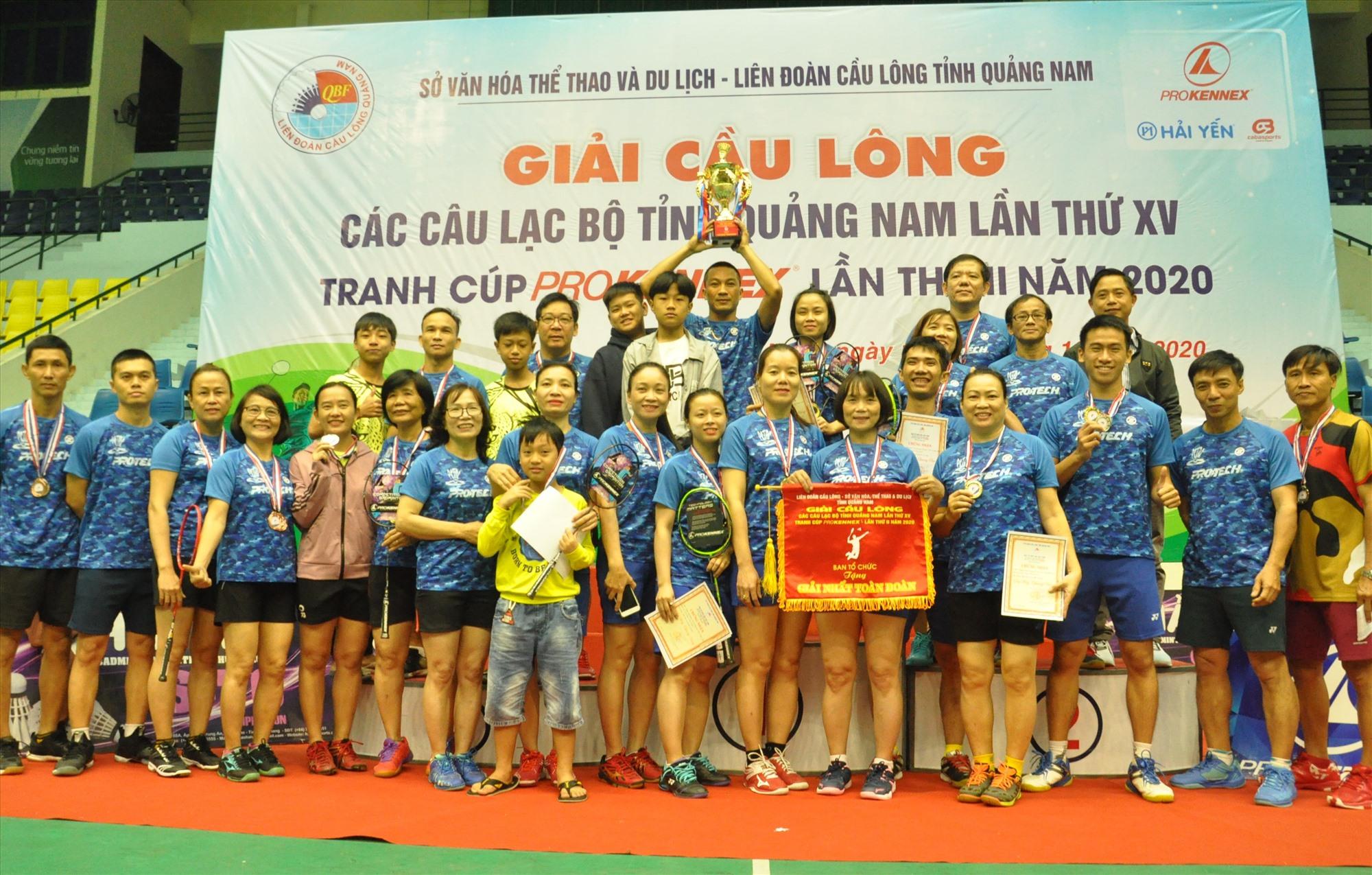 Niềm vui đoạt cúp vô địch của CLB Phan Châu Trinh. Ảnh: T.V