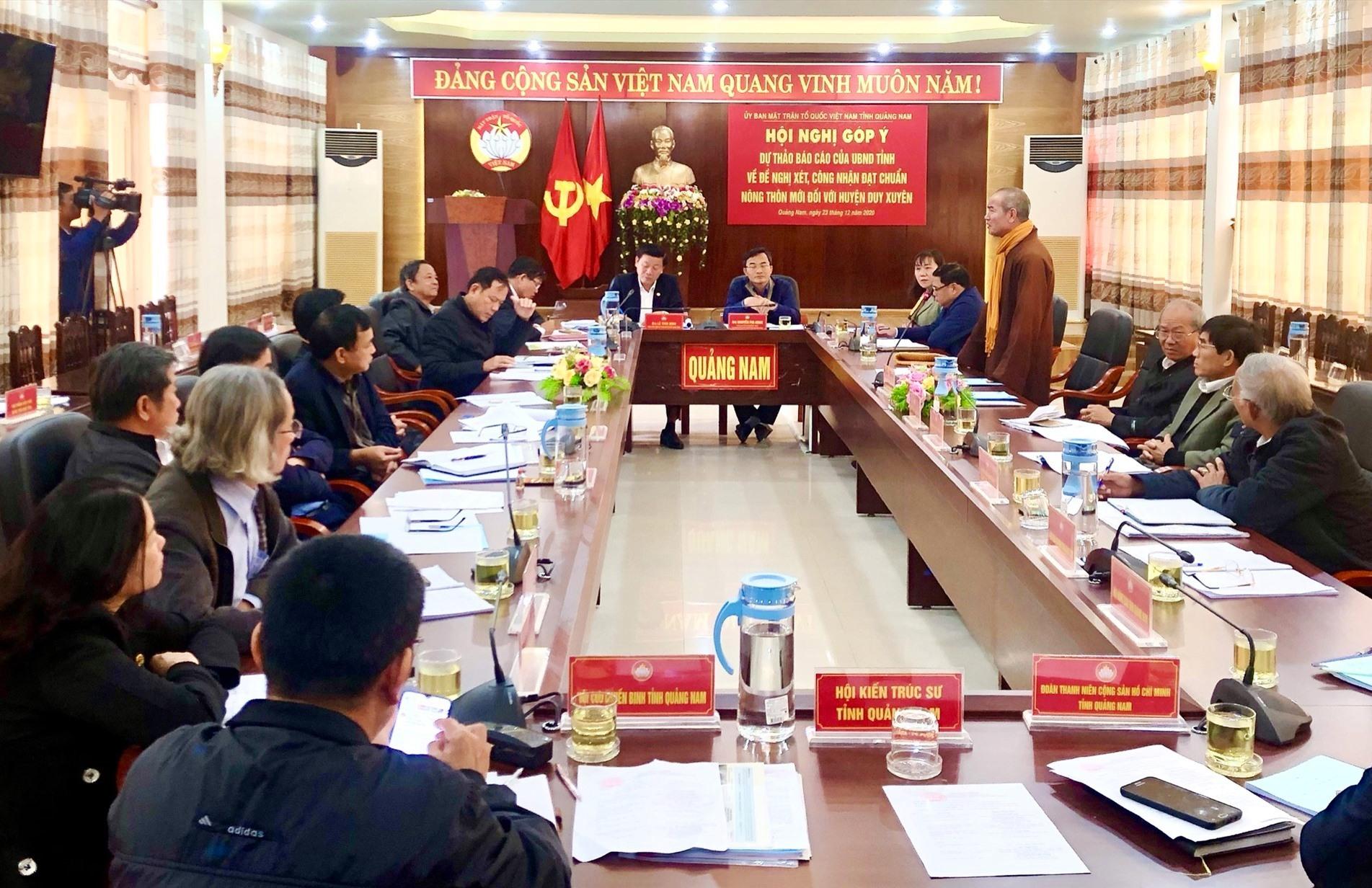 Quang cảnh Hội nghị góp ý dự thảo báo cáo của UBND tỉnh về đề nghị xét, công nhận đạt chuẩn nông thôn mới với huyện Duy Xuyên.