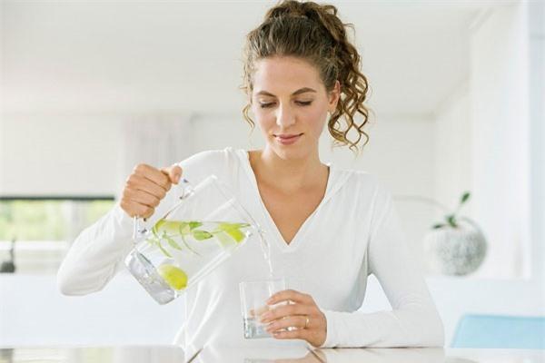 Uống nước chanh ấm vào mỗi buổi sáng rất tốt cho sức khỏe.