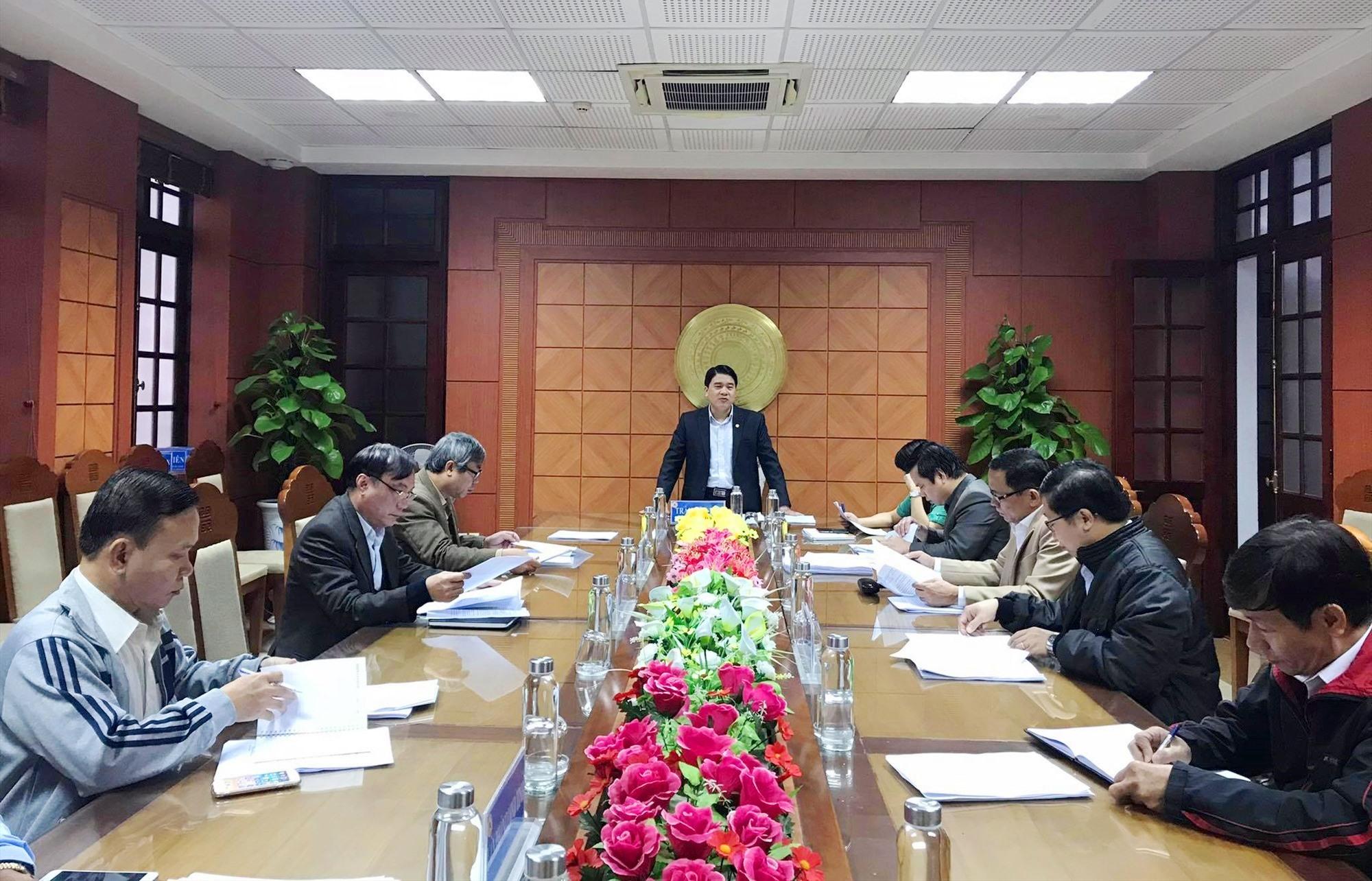 Phó Chủ tịch UBND tỉnh Trần Văn Tân chủ trì buổi làm việc giải quyết vướng mắc về gia hạn cấp thẻ BHYT sáng nay. Ảnh: D.L
