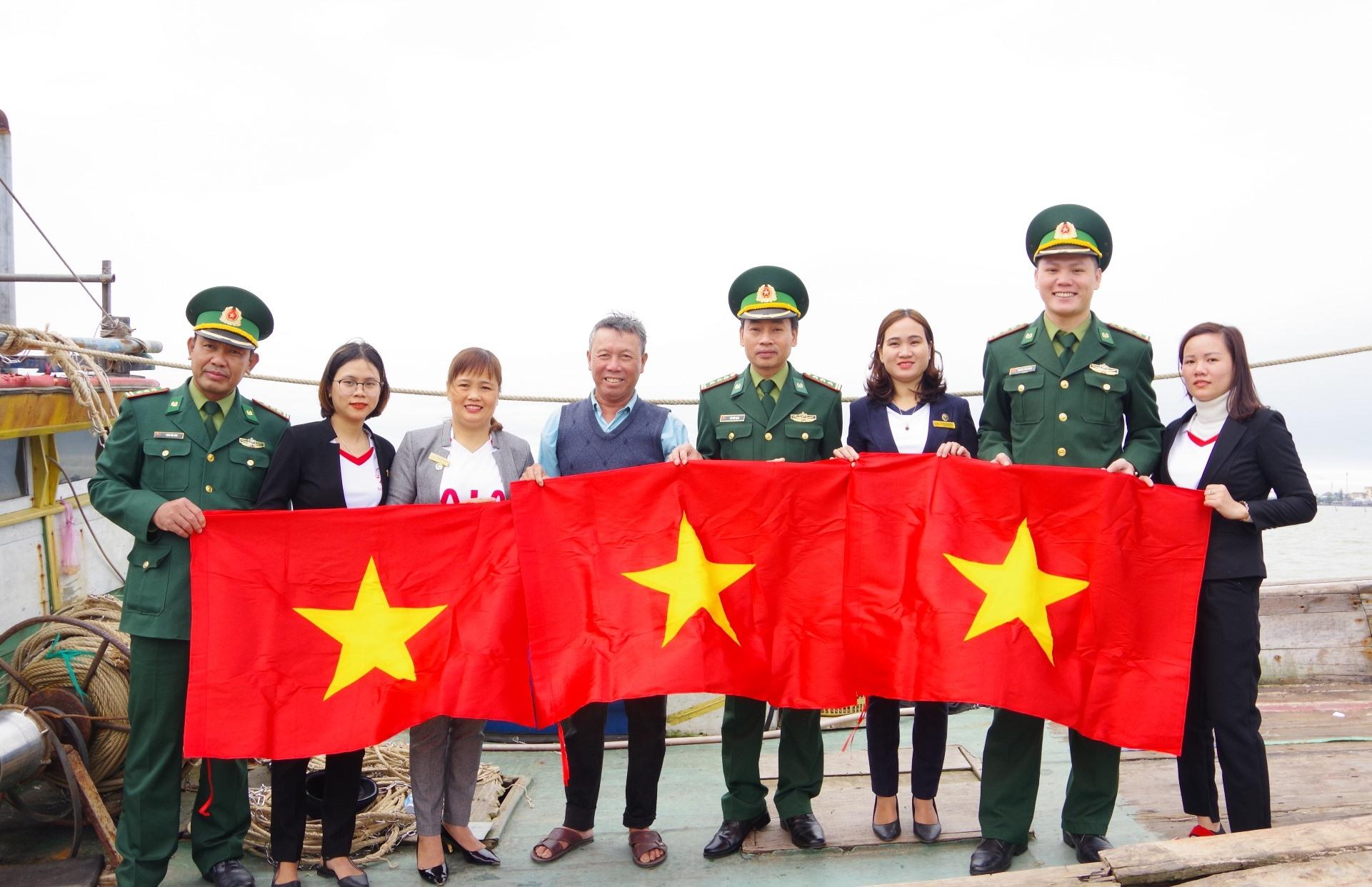 Trao tặng cờ Tổ quốc cho ngư dân đang chuẩn bị vươn khơi đánh bắt dài ngày trên biển của xã Duy Hải.