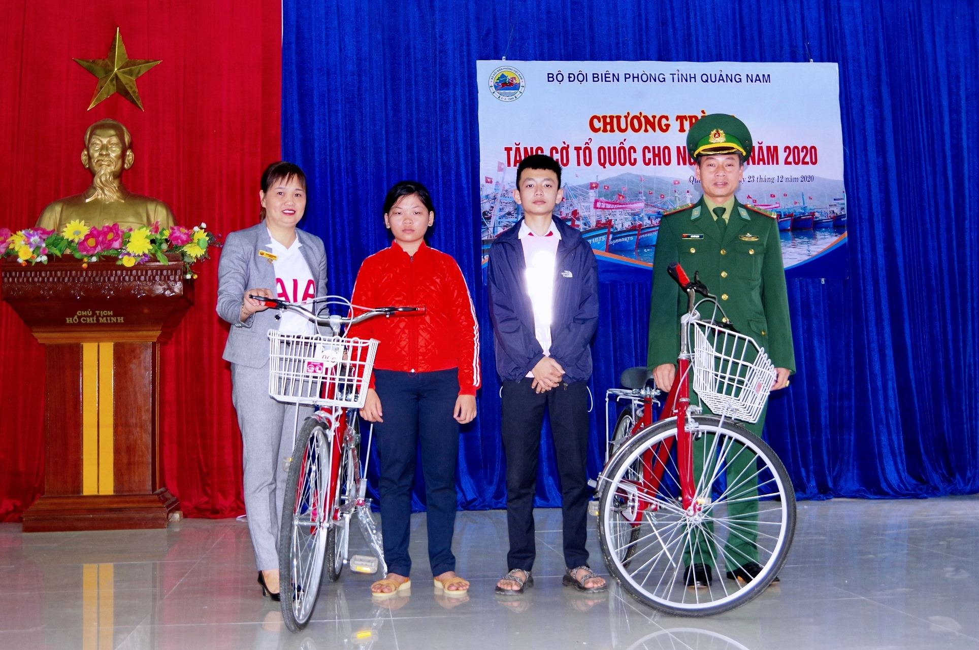 """Trao tặng xe đạp cho 2 em học sinh có hoàn cảnh khó khăn trong chương trình """" Nâng bước em đến trường""""."""