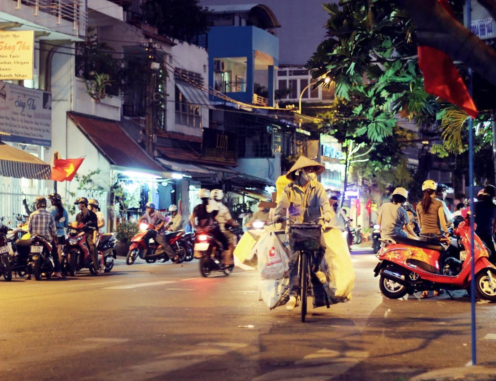 Vỉa hè Sài Gòn đêm dung chứa đủ kiểu mưu sinh.Ảnh: T.V