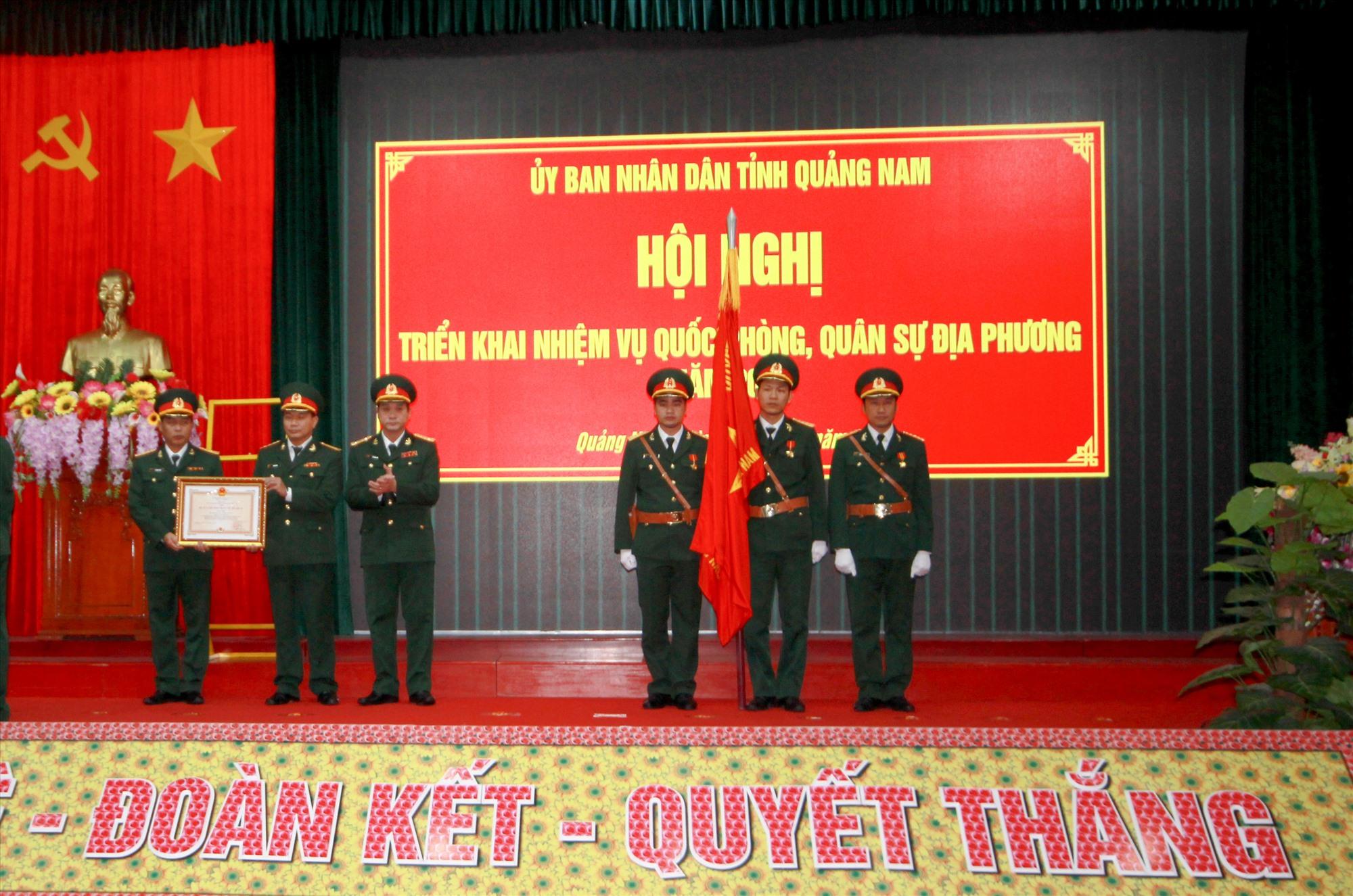 Bộ Chỉ huy Quân sự tỉnh vinh dự đón nhận Huân chương Bảo vệ Tổ quốc hạng Nhất. Ảnh: T.C