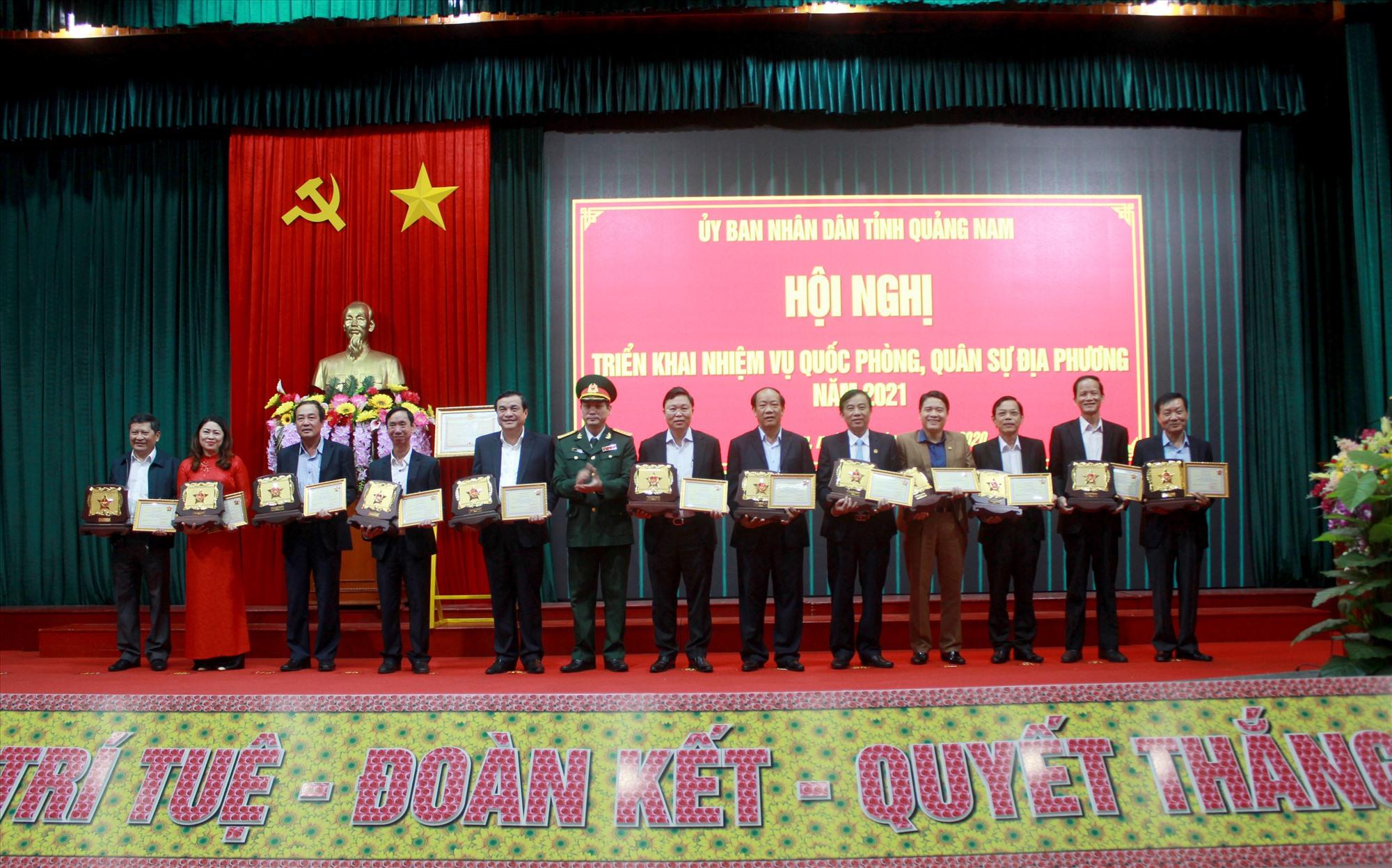 Trao tặng Kỷ niệm chương Vì sự nghiệp xây dựng Quân đội nhân dân Việt Nam cho các đồng chí là lãnh đạo tỉnh, nguyên lãnh đạo tỉnh. Ảnh: T.C