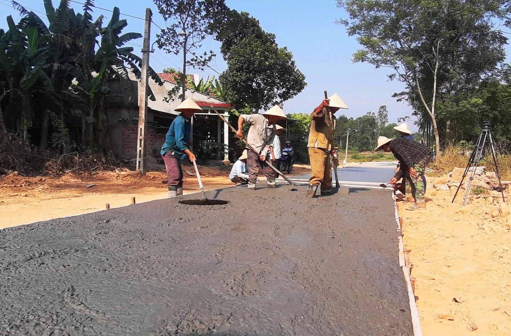 Những năm qua, Duy Phú tập trung nhiều nguồn lực đầu tư xây dựng hệ thống giao thông nông thôn. Ảnh: H.N