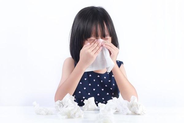 Vào mùa lạnh, trẻ nhỏ rất dễ mắc bệnh cúm do sức đề kháng còn non yếu (Ảnh minh họa)