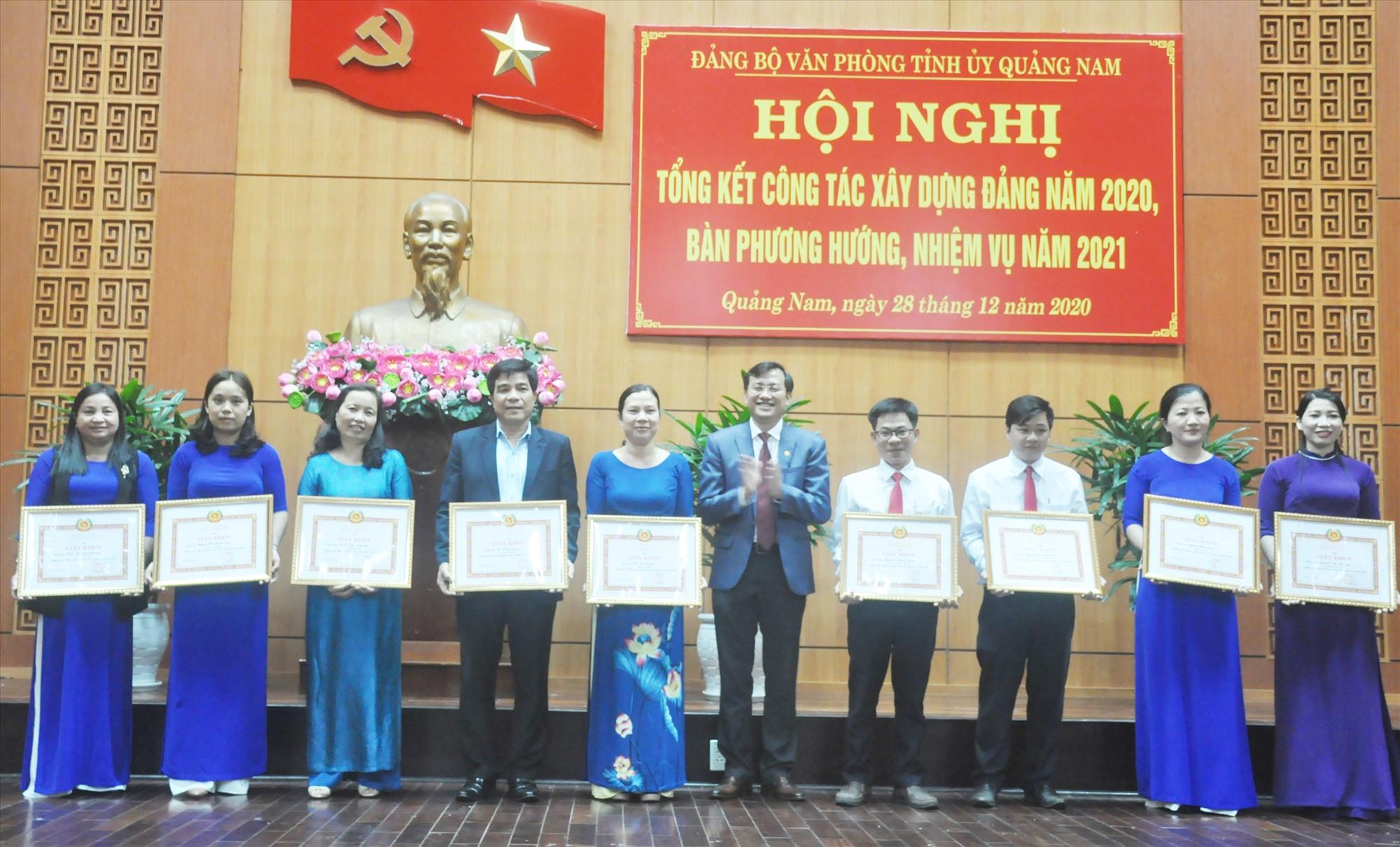 Bí thư Đảng ủy Văn phòng Tỉnh ủy Phan Văn Bình tặng giấy khen cho các đảng viên hoàn thành xuất sắc nhiệm vụ năm 2020. Ảnh: N.Đ