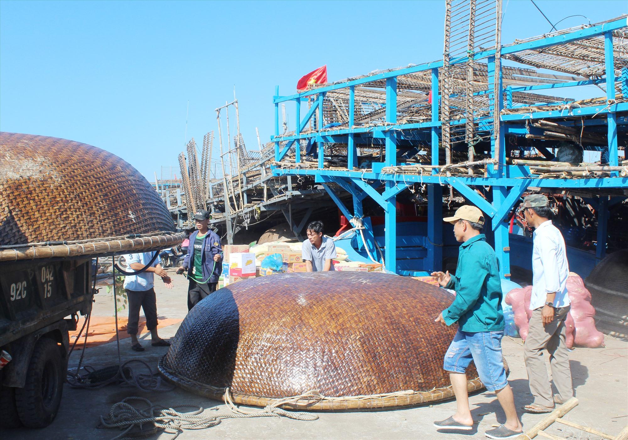 Ngư dân Tam Giang chuẩn bị ra khơi câu mực. Ảnh: VĂN PHIN