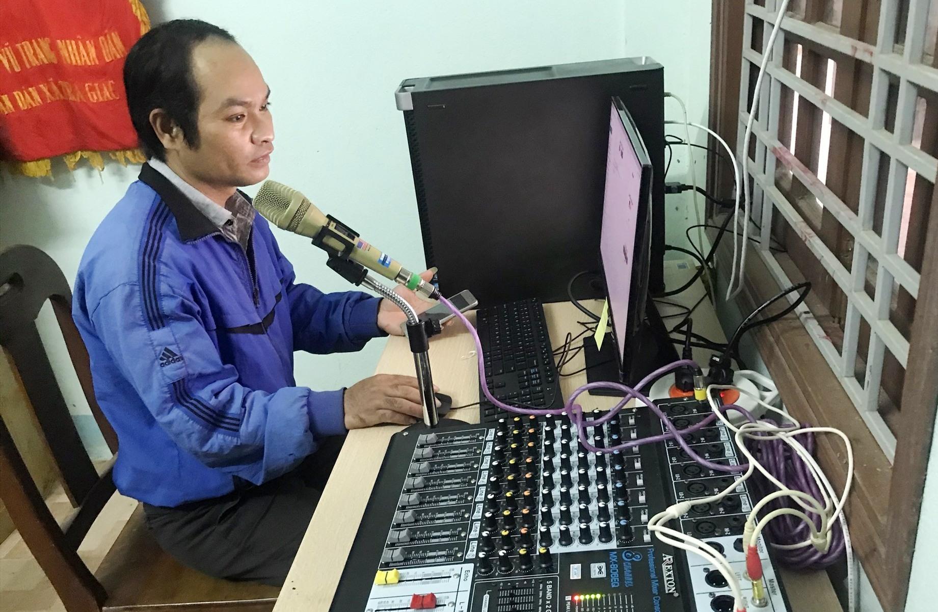 Cán bộ văn hóa xã Trà Giác tác nghiệp trên bộ máy vi tính chuyên dụng sản xuất, phát sóng truyền Đài truyền thanh IP.