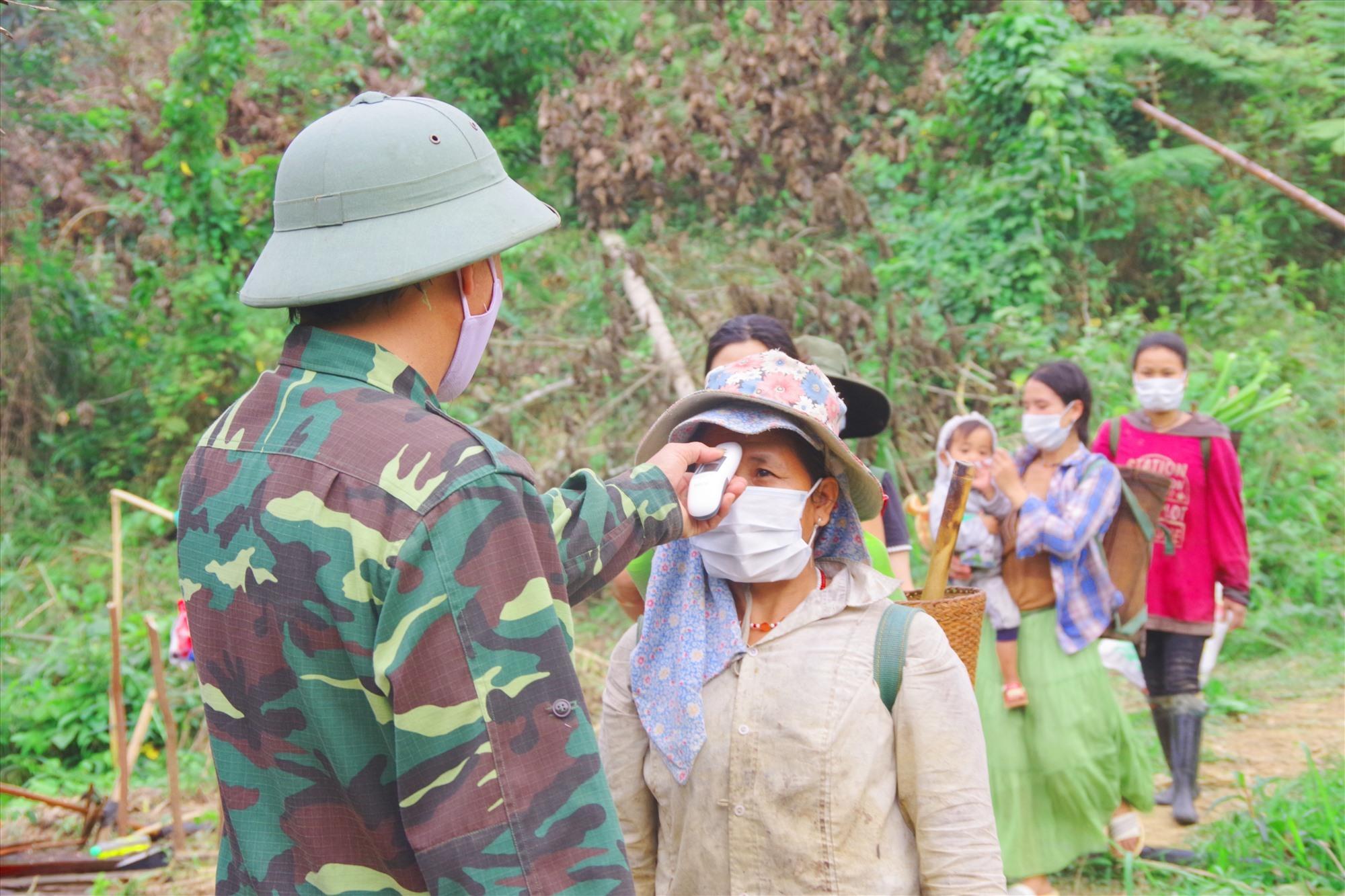 Kiểm soát người dân qua lại khu vực biên giới tại điểm chốt của Đồn Biên phòng Ga Ry (Tây Giang). Ảnh: HỒNG ANH