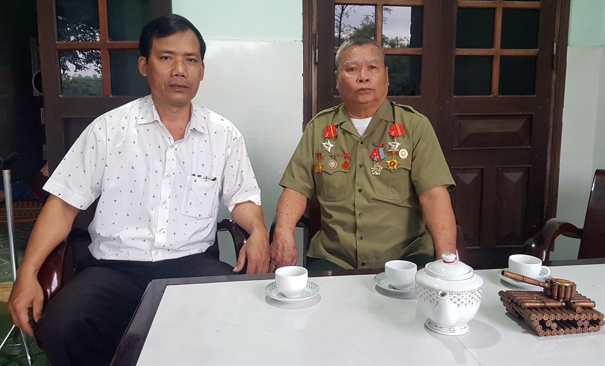 Ông Lê Hữu Ái - Bí thư Đảng ủy xã Điện Thọ (bên trái) thăm ông Nguyễn Văn Việt.