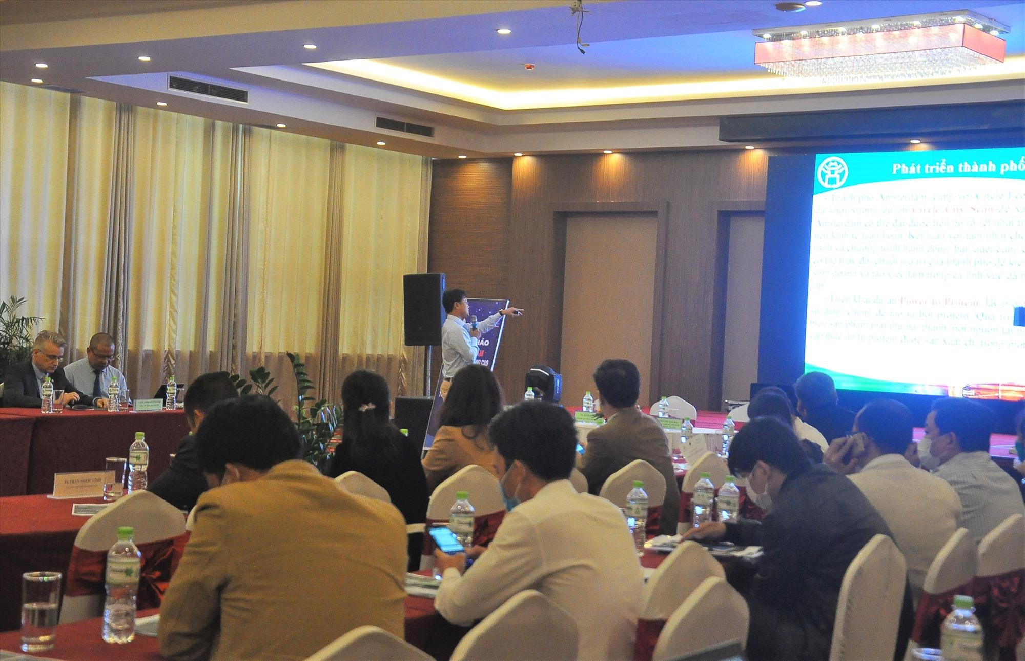 Đại biểu theo dõi tham luận của đại diện các cơ quan, địa phương về chủ đề đô thị thông minh. Ảnh: VINH ANH