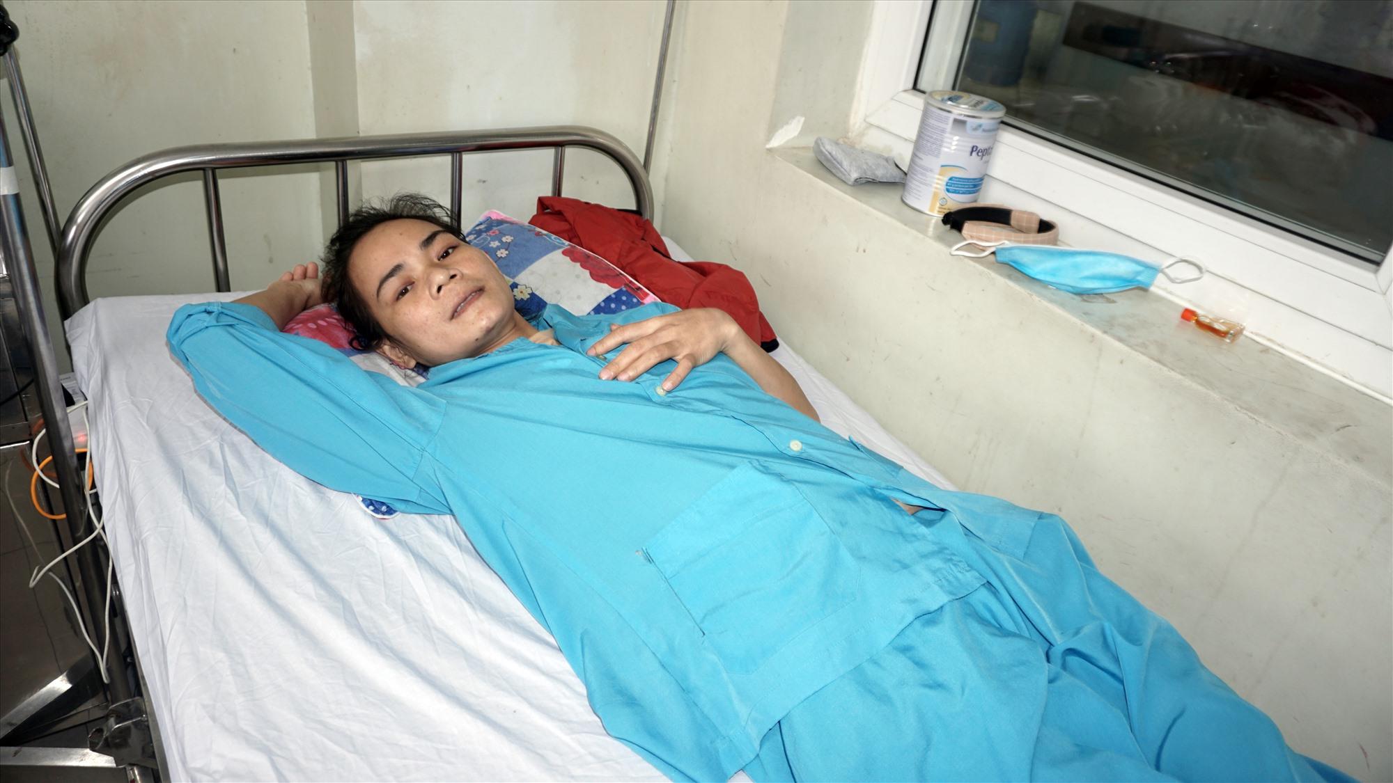 Chị Hoàng Thị Bé Tư mắc bệnh ung thư cổ tử cung đang cần tiền chữa trị. Ảnh: N.T