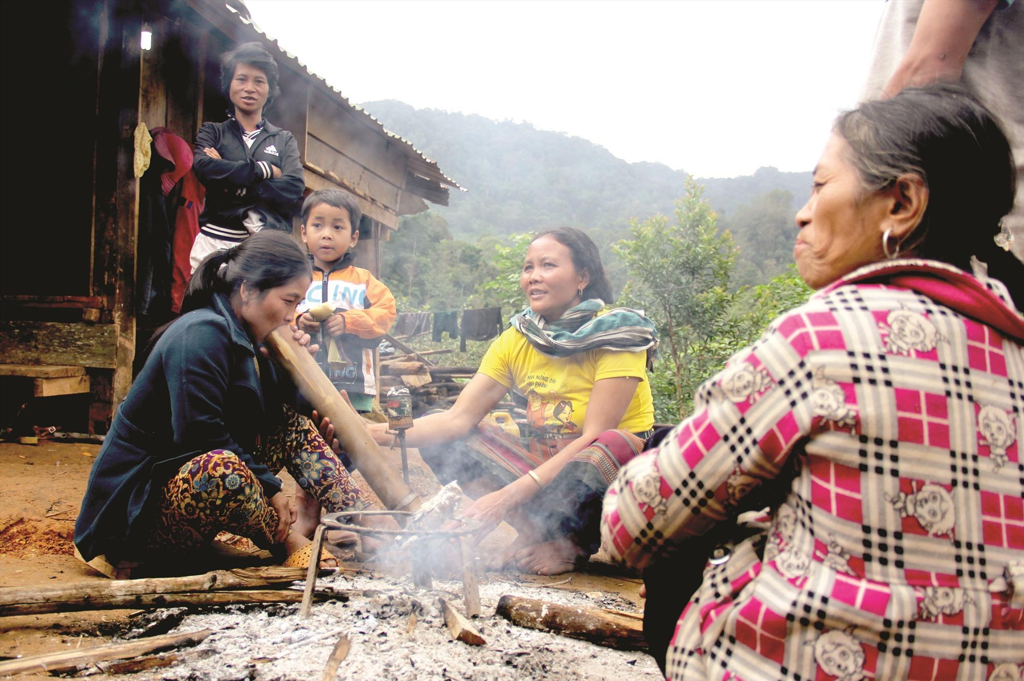 Mùa đông lạnh, người vùng cao đốt lửa để sưởi ấm.