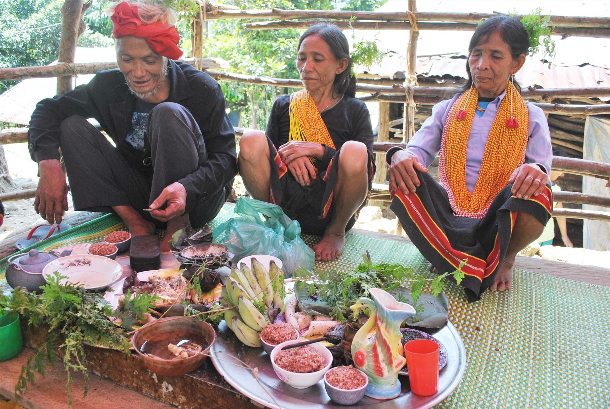 Thực hiện nghi thức xin keo trong lễ cúng rừng của người Xê Đăng (nhóm Cadong), huyện Bắc Trà My. Ảnh: P.V.B