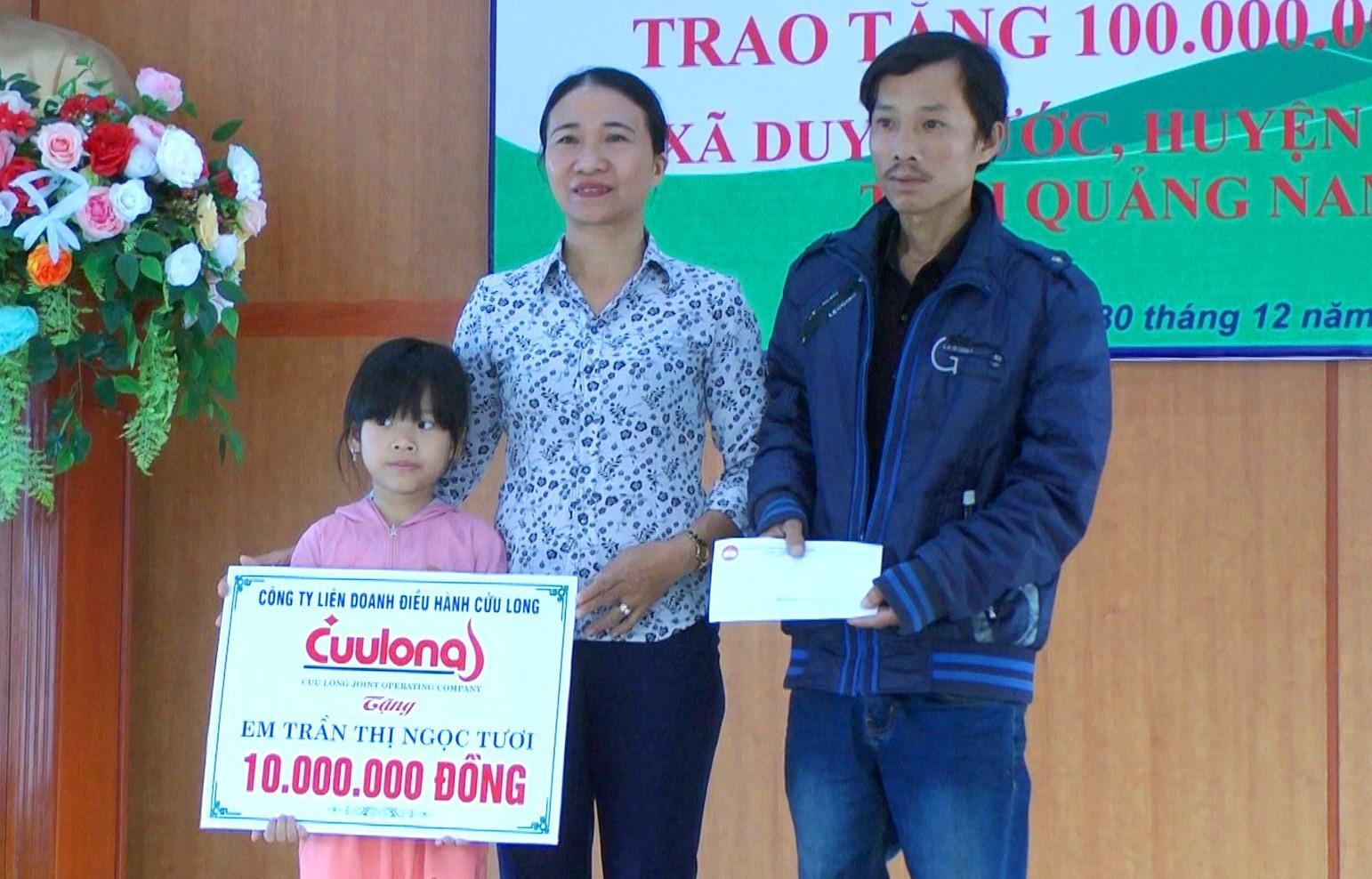 Trao sổ tiết kiệm trị giá 10 triệu đồng cho em Trần Thị Ngọc Tươi. Ảnh: T.P