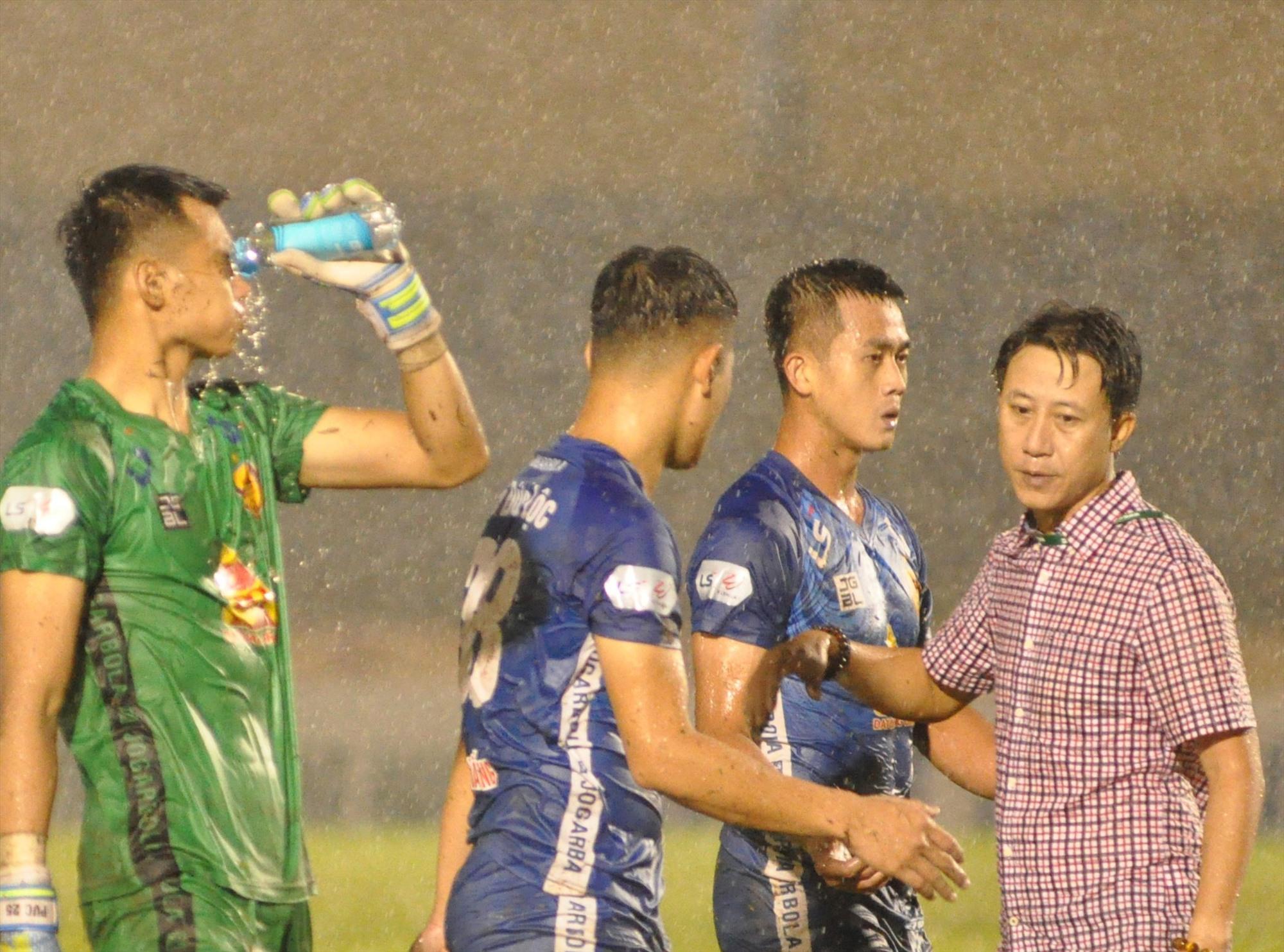 Nỗi buồn rớt hạng của đội bóng Quảng Nam. Ảnh: T.V