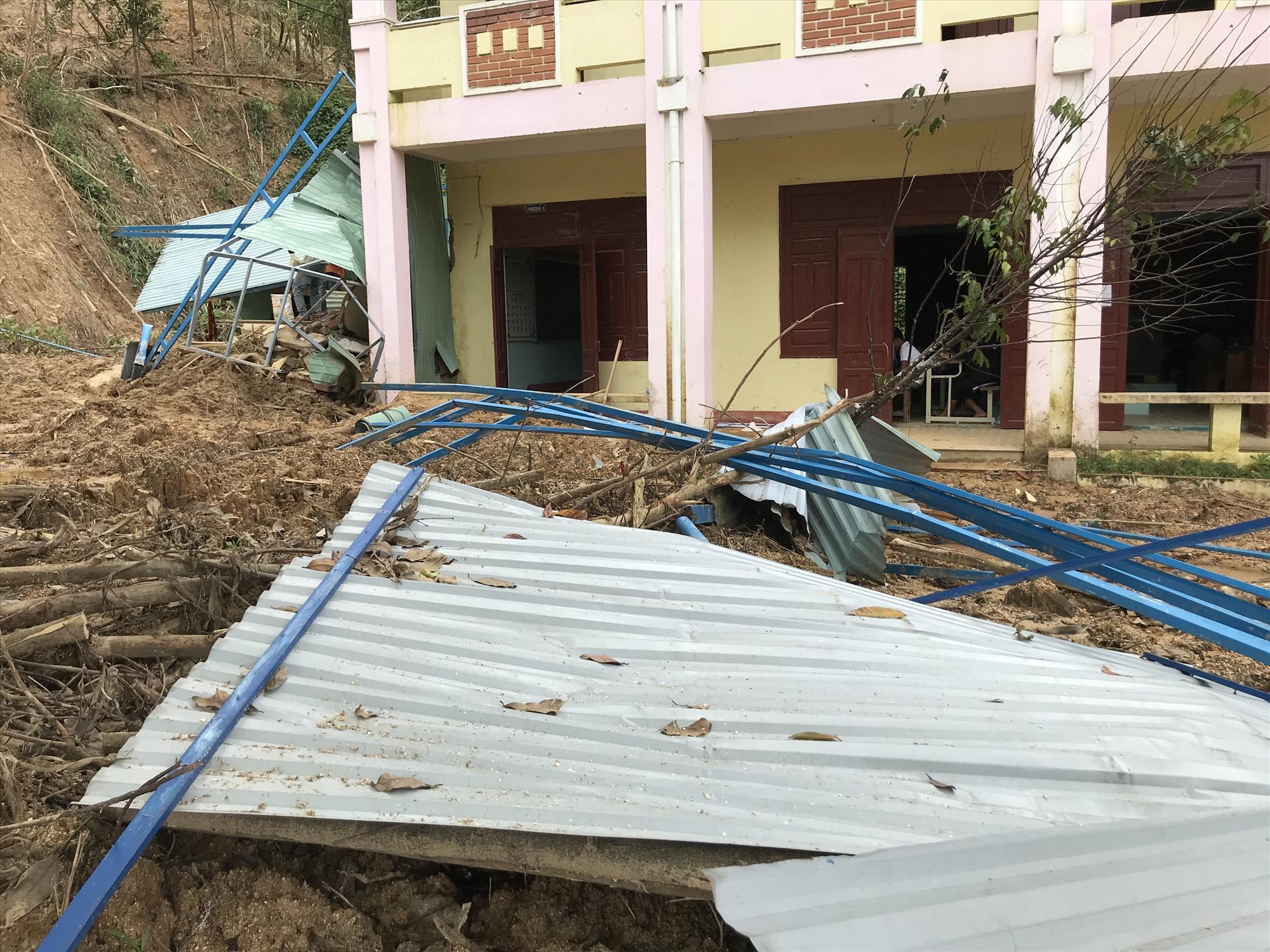 Trường Phổ thông dân tộc bán trú Tiểu học và THCS Trà Ka chưa thể khắc phục hậu quả sạt lở núi. Ảnh: T.M