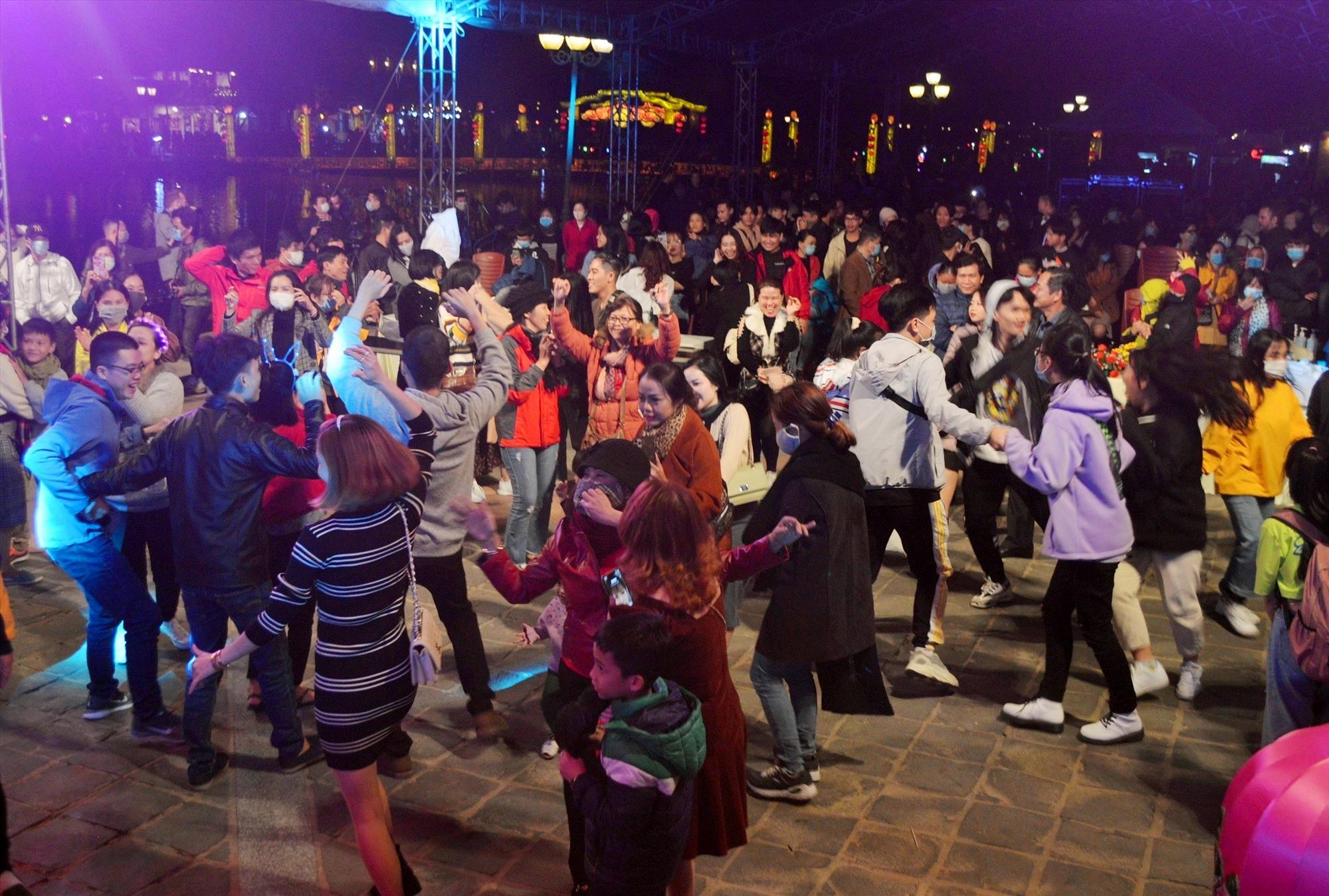 Du khách nhảy múa hò reo trong thời khắc đón chào năm mới 2021