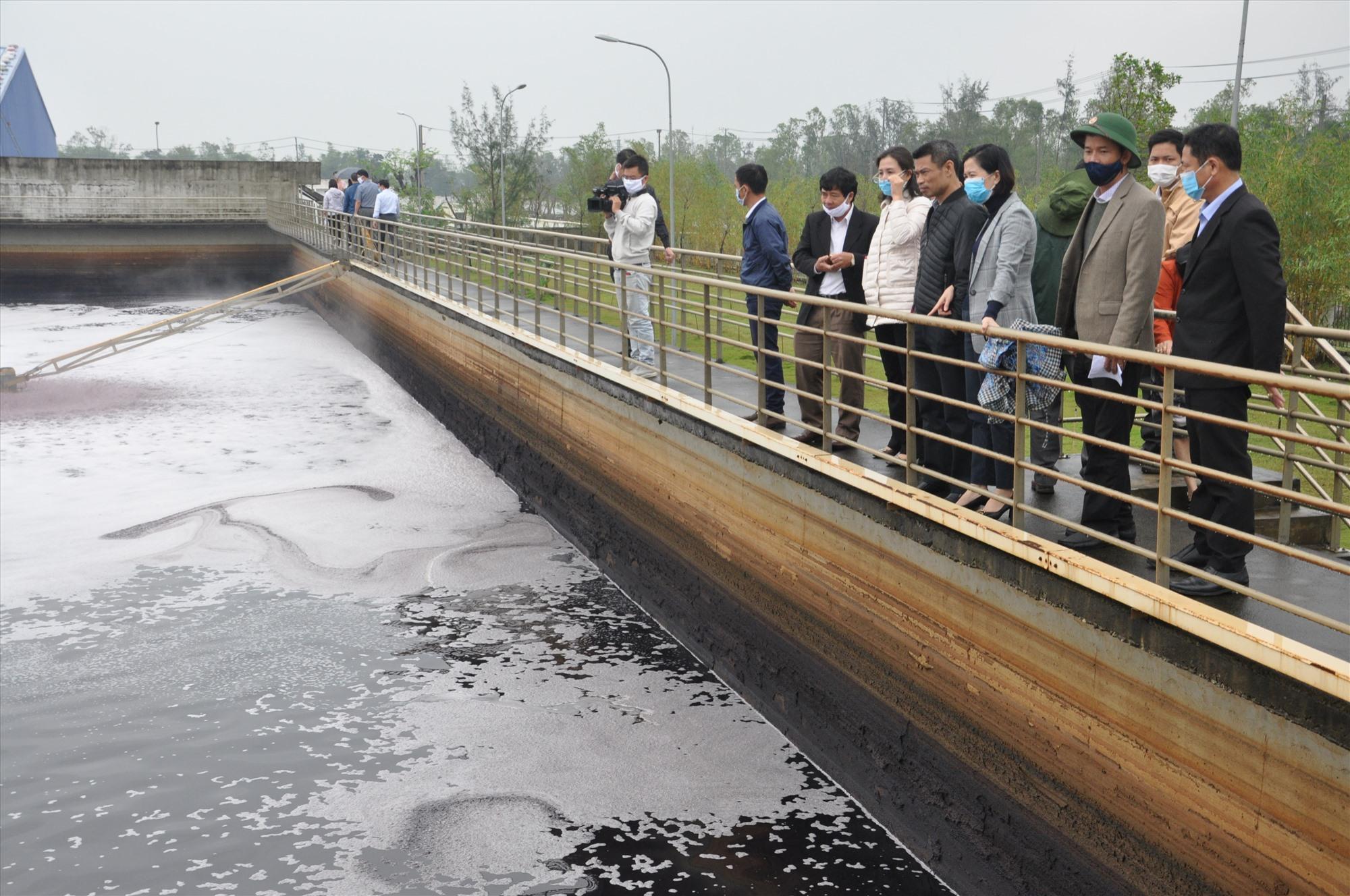 Đoàn kiểm tra nhà máy xử lý nước thải tại khu công nghiệp Tam Thăng. Ảnh: X.P