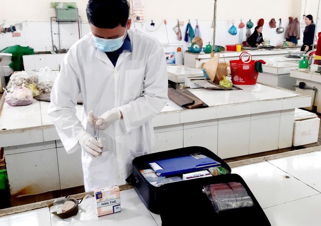 Ngành chức năng test nhanh chả được lấy mẫu ở chợ Nam Phước (Duy Xuyên). Ảnh: VIỆT NGUYỄN
